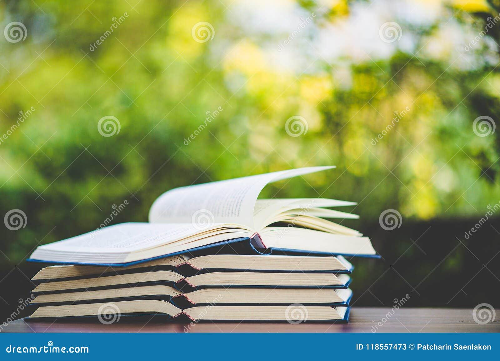 Μελέτη των βιβλίων και των υλικών εκμάθησης