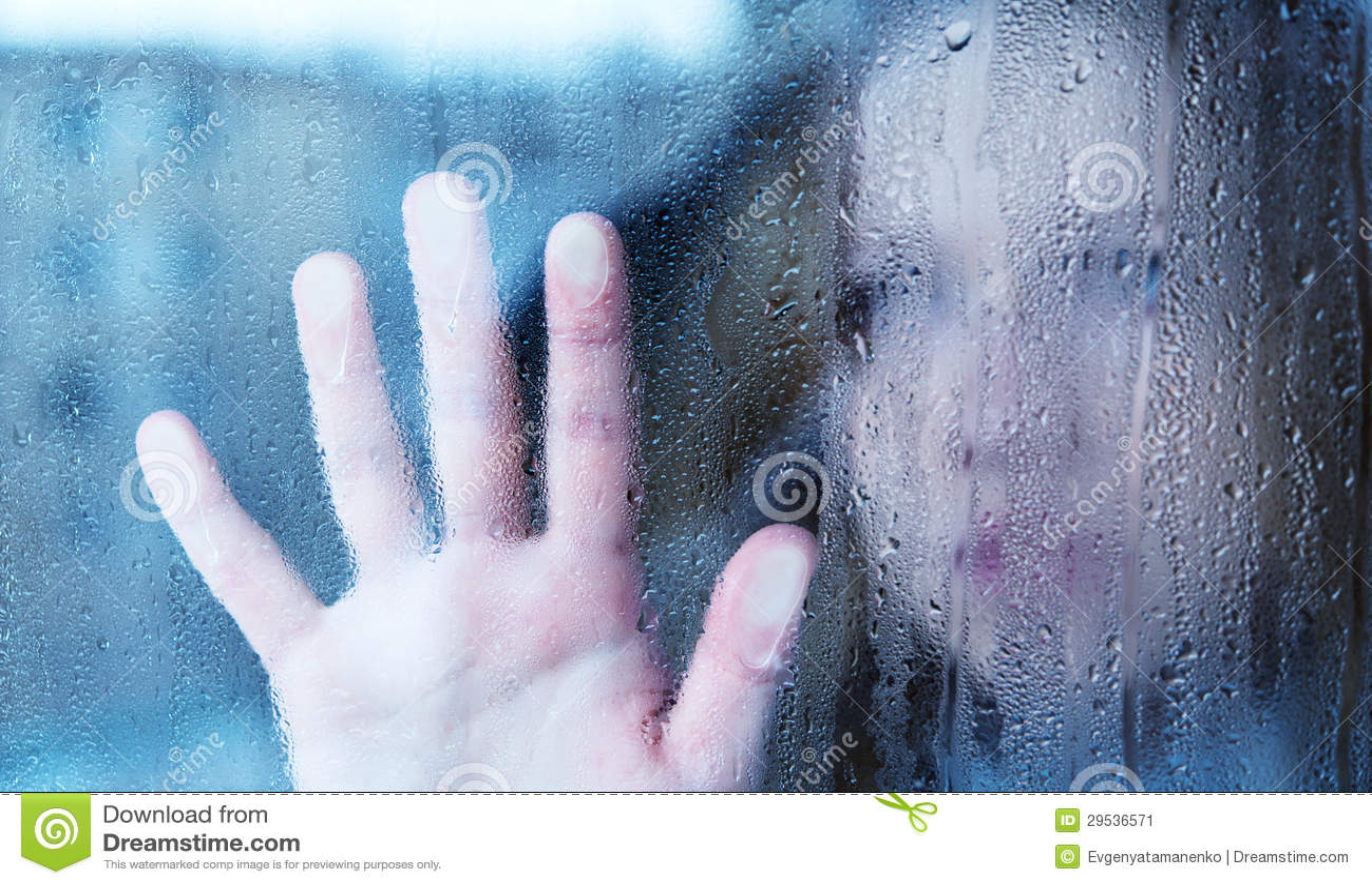 Μελαγχολική και λυπημένη νέα γυναίκα στο παράθυρο στη βροχή