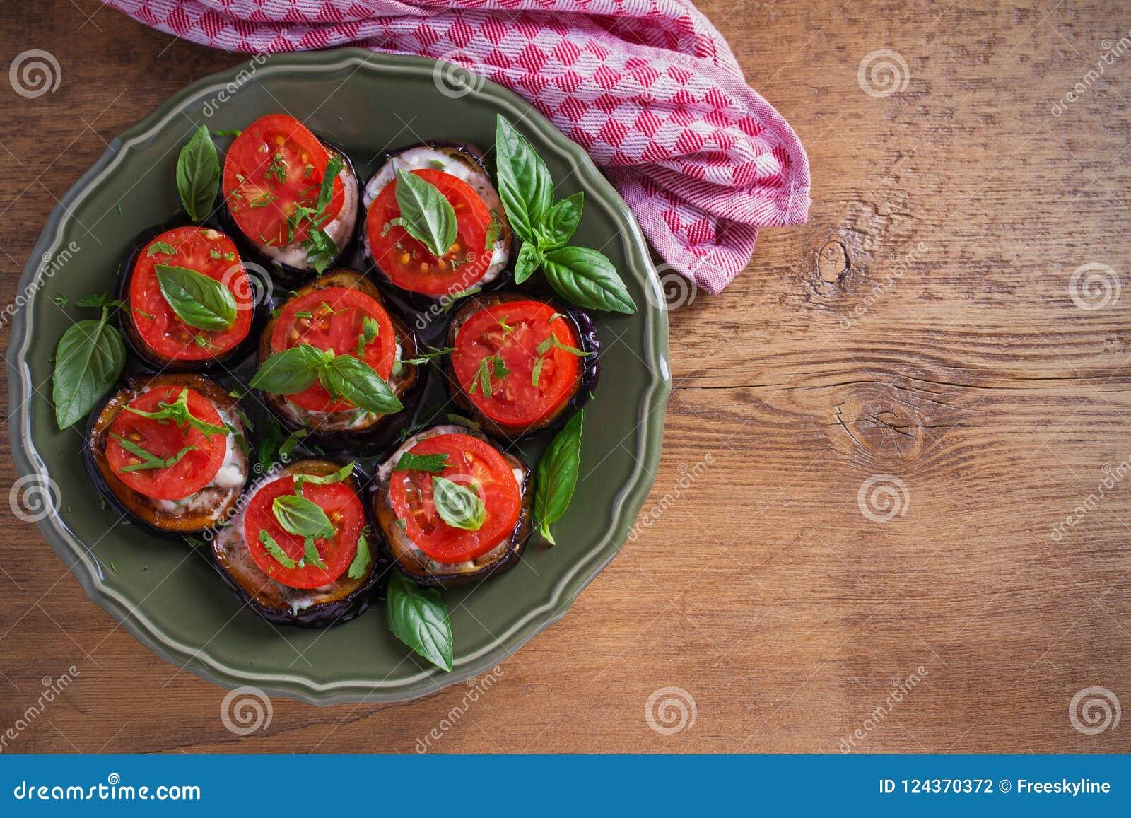 Μελιτζάνες με τις ντομάτες και τη σάλτσα Τηγανισμένες τηγάνι μελιτζάνες Υγιή χορτοφάγα τρόφιμα, ορεκτικό