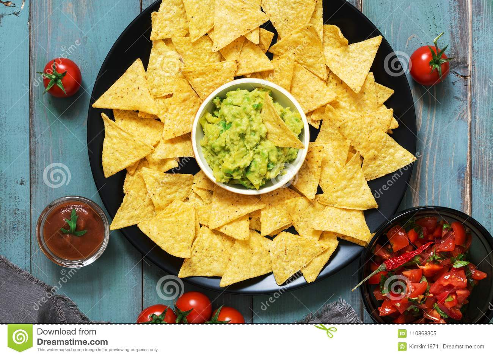Μεξικάνικα τσιπ nachos με τη σάλτσα salsa και guacamole στο αγροτικό υπόβαθρο