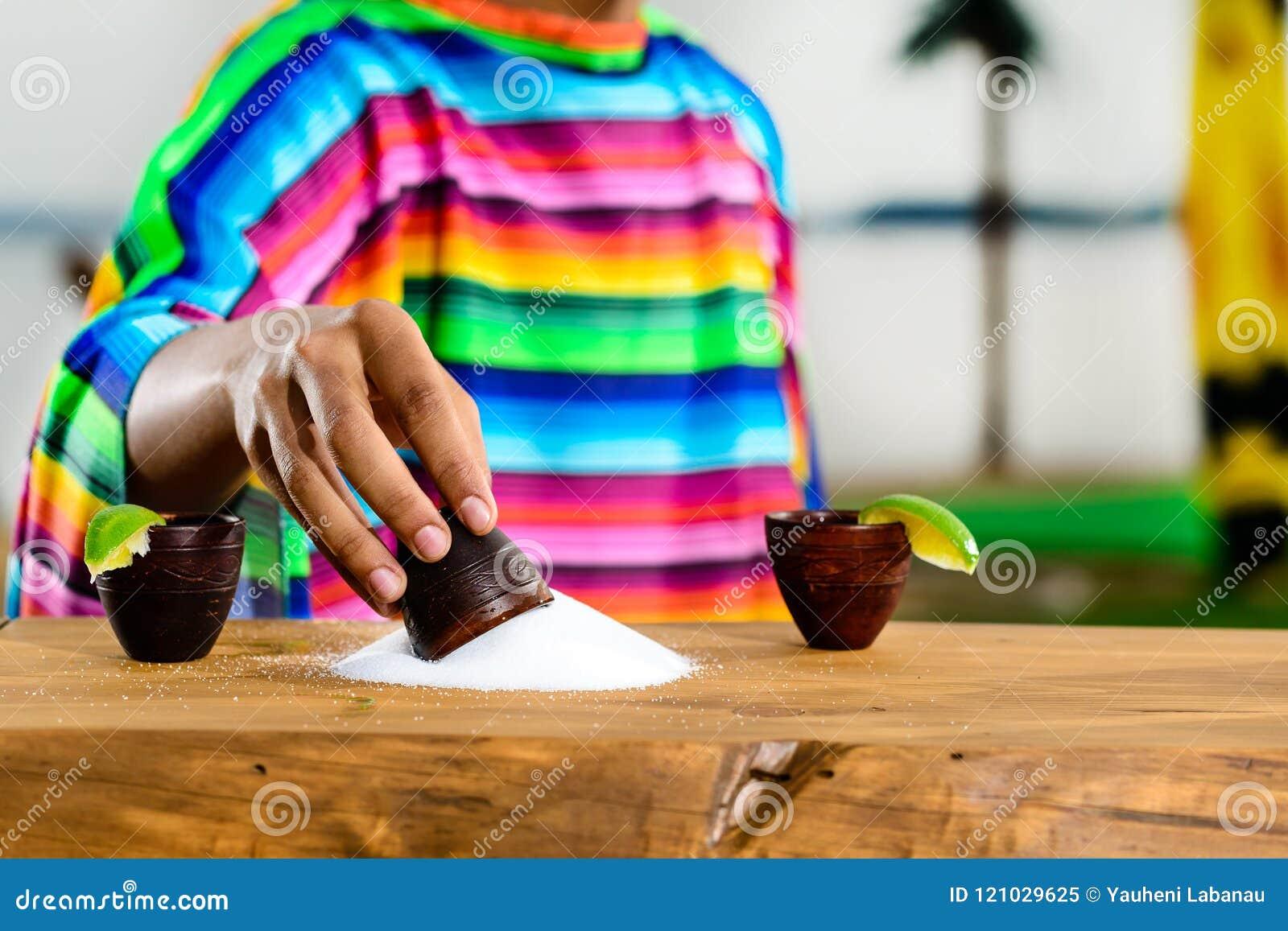 Μεξικάνικο χρυσό Tequila Εκλεκτική εστίαση στο άλας στον πίνακα, στο τ