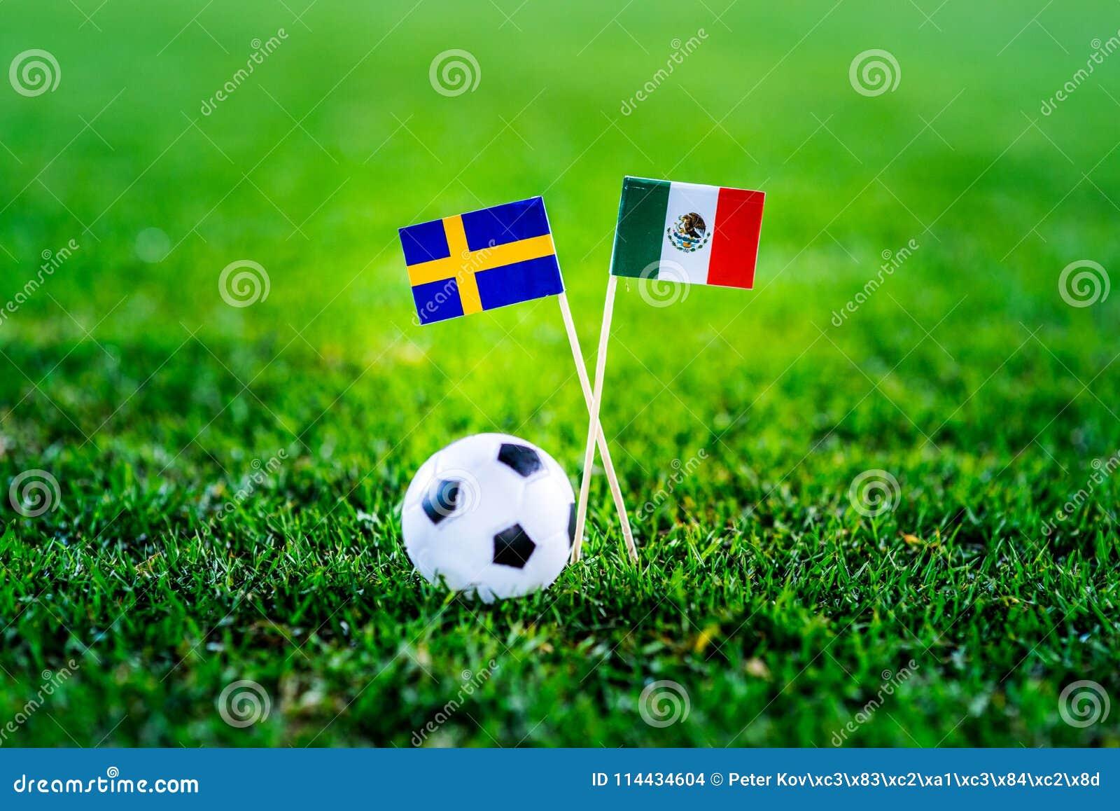Μεξικό - Σουηδία, ομάδα Φ, Τετάρτη, 27 Ποδόσφαιρο Ιουνίου, Παγκόσμιο Κύπελλο, Ρωσία 2018, εθνικές σημαίες στην πράσινη χλόη, άσπρ