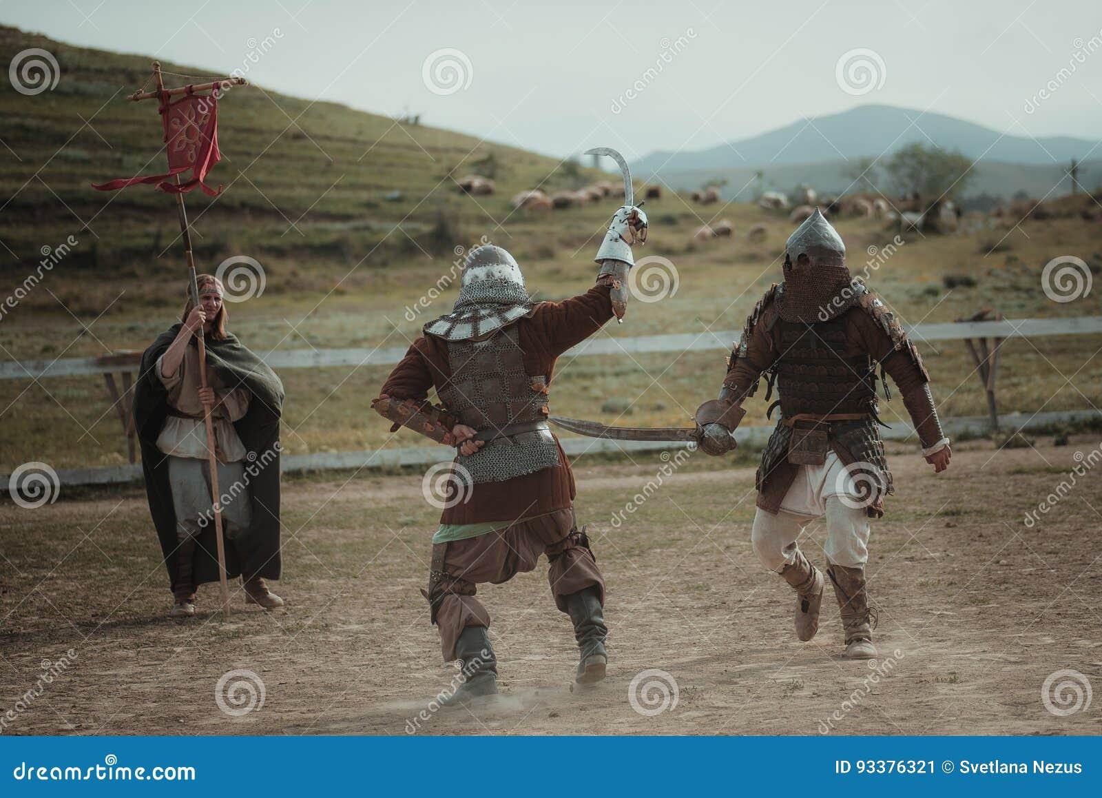 Μεσαιωνικοί ιππότες κονταροχτυπήματος στα κράνη και μάχη ταχυδρομείου αλυσίδων στο ξίφος