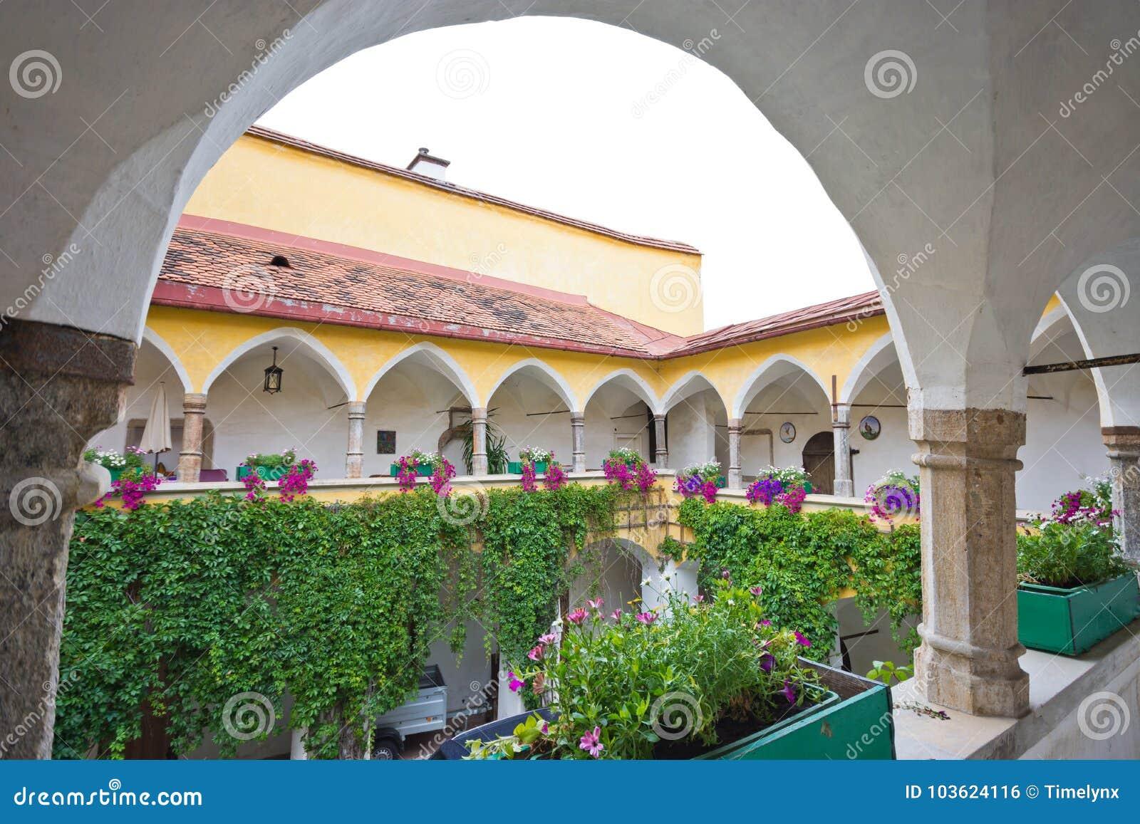 Μεσαιωνικό προαύλιο με τα arcades σε Judenburg