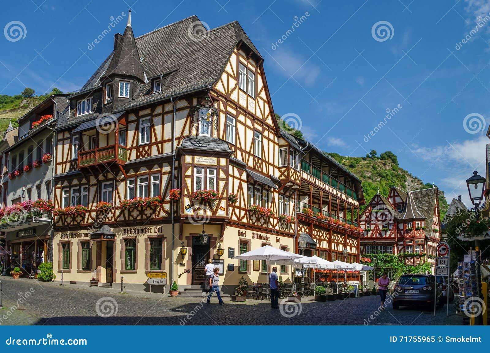 Μεσαιωνικό χωριό Bacharach Παραδοσιακά σπίτια πλαισίων (Fachwerk) στις οδούς πόλεων κοιλάδα της Γερμανίας Ρήν&o