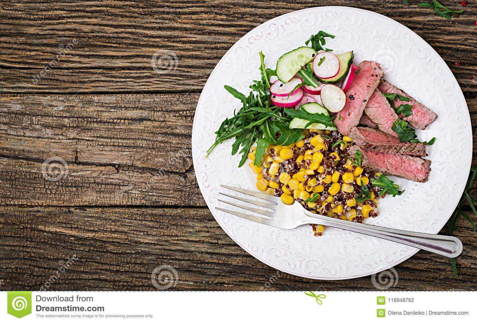 Μεσημεριανό γεύμα κύπελλων με την ψημένο στη σχάρα μπριζόλα και quinoa βόειου κρέατος, το καλαμπόκι, το αγγούρι, το ραδίκι και το