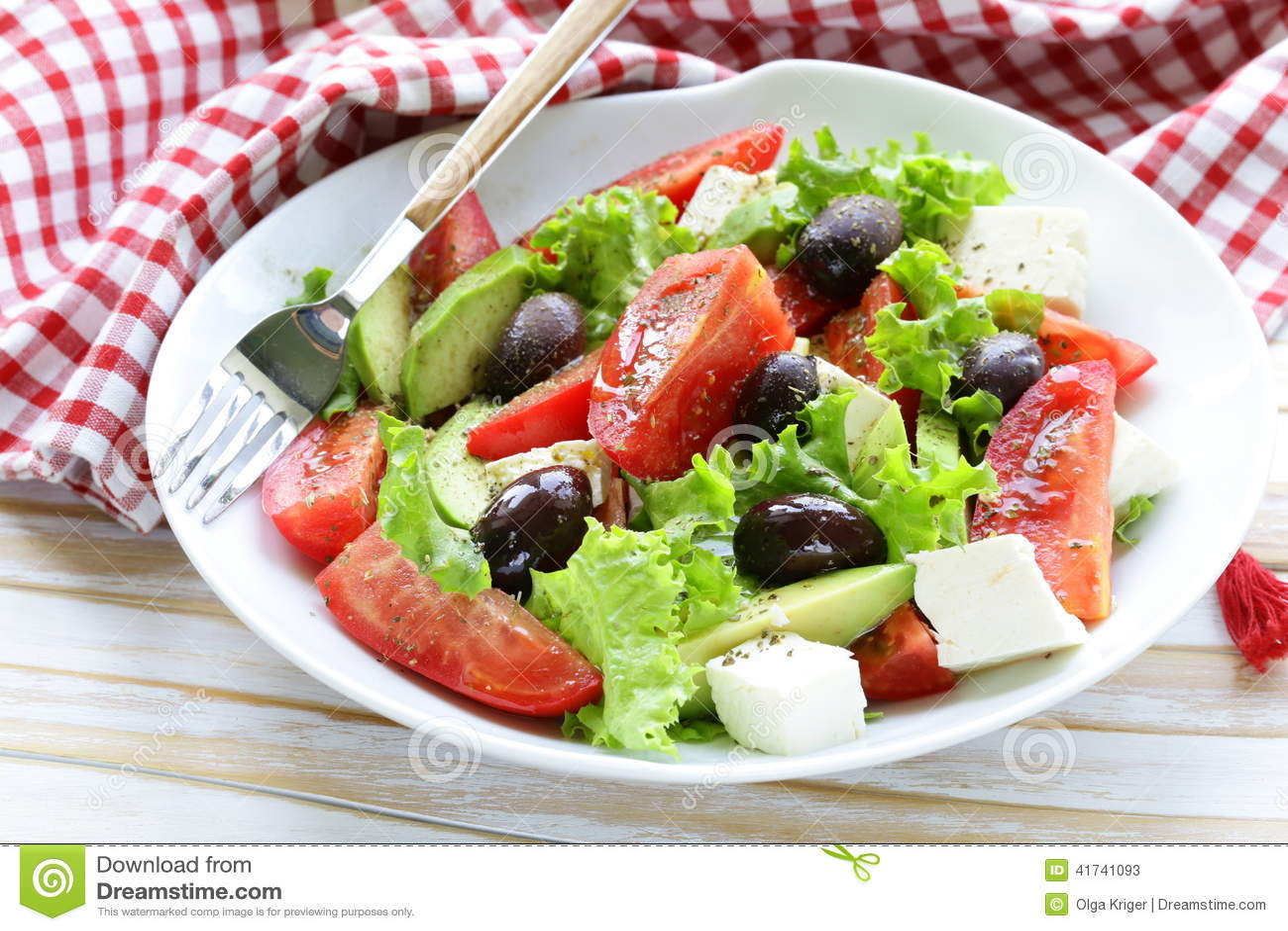 Μεσογειακή σαλάτα με τις μαύρες ελιές, μαρούλι, τυρί