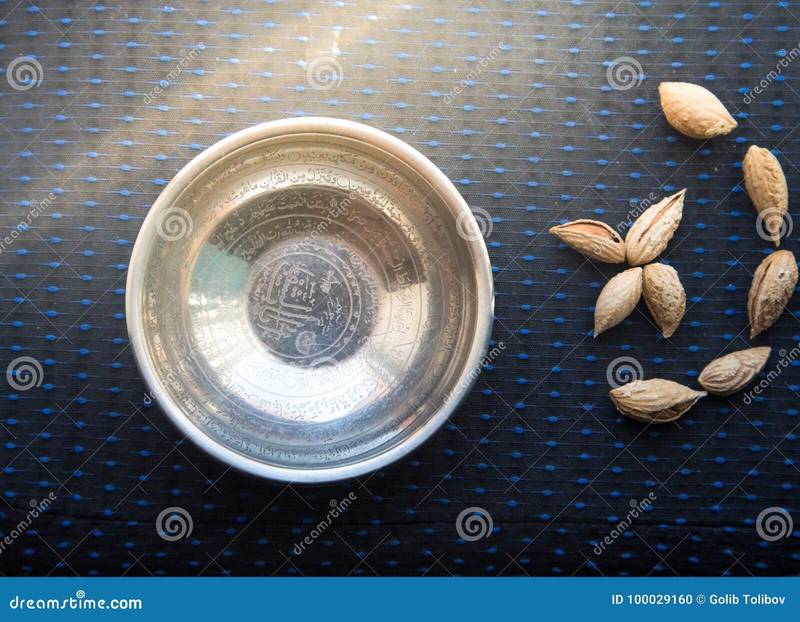Μεταλλικά πιάτο και αμύγδαλα