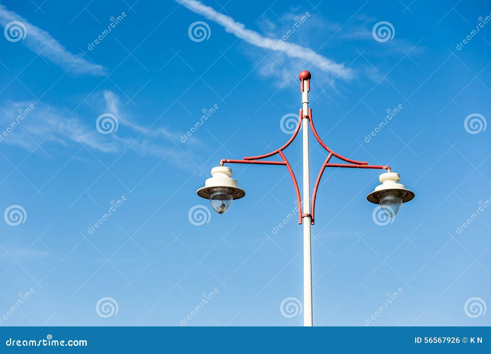 Download Μετα φως Latern σε έναν μπλε ουρανό με ακριβώς μερικά σύννεφα Στοκ Εικόνες - εικόνα από λιμάνι, netherlands: 56567926
