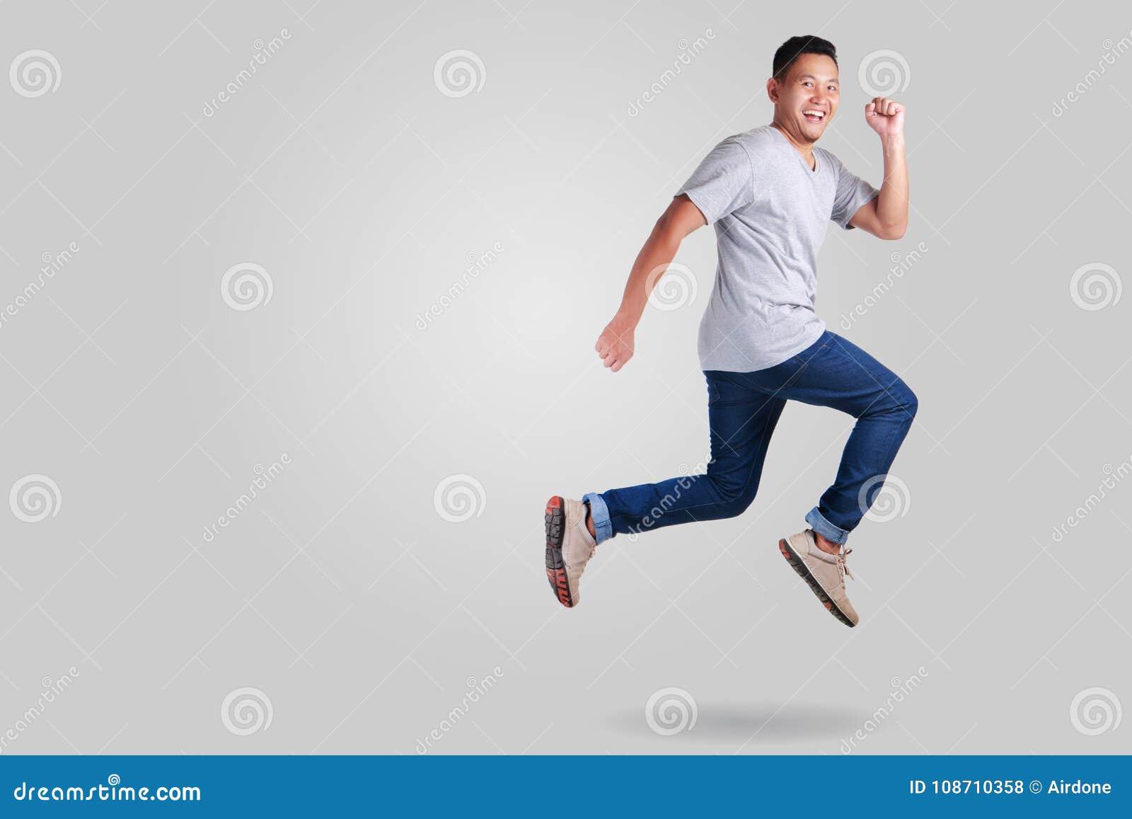 μετεωρισμός Νέο ασιατικό περπάτημα χορού ατόμων πηδώντας