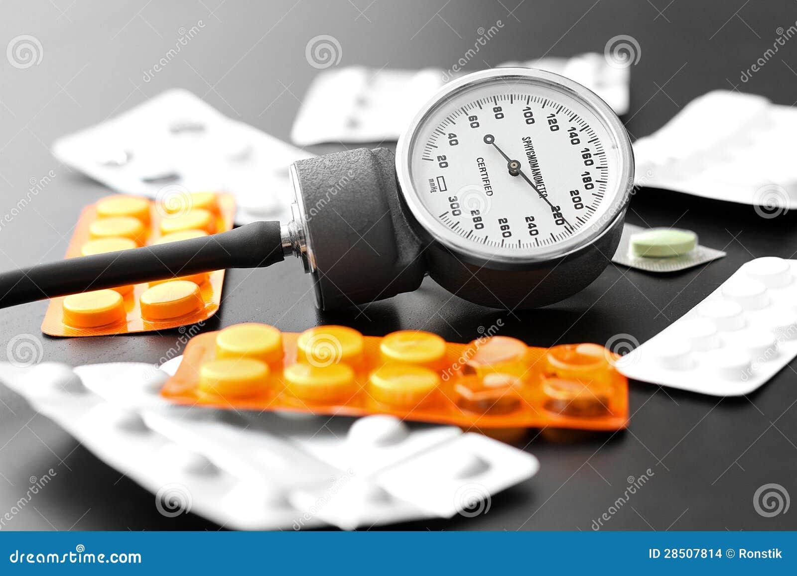Μετρητής και χάπια πίεσης του αίματος στον πίνακα