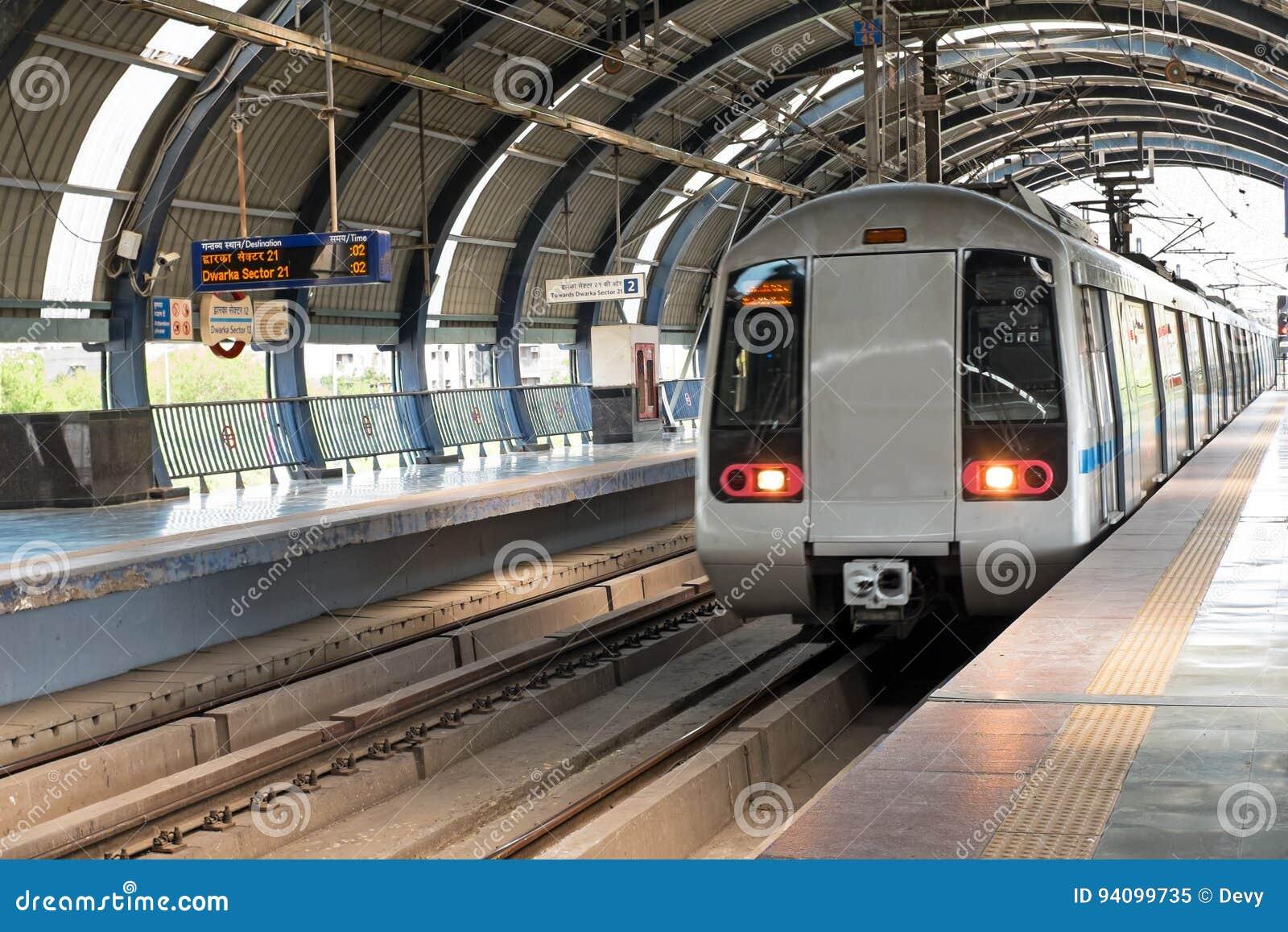 Μετρό που φθάνει στο σταθμό Dwarka στο Νέο Δελχί Ινδία