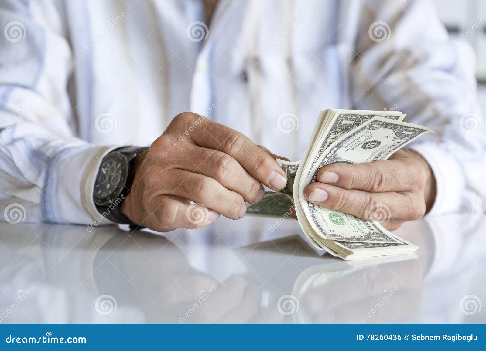 μετρώντας χρήματα επιχειρηματιών