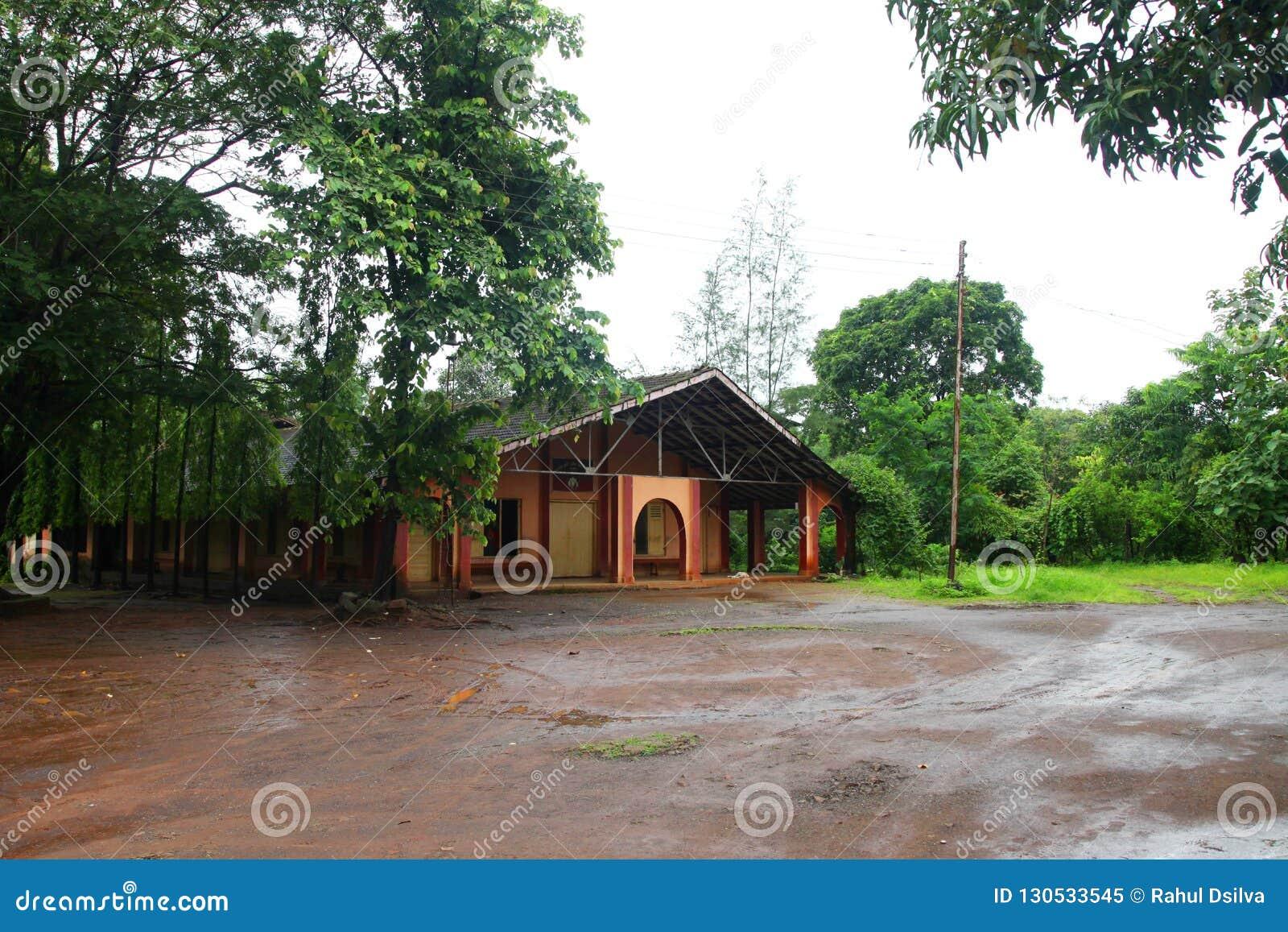 Μετωπική άποψη της εκκλησίας για τις διακοπές δυτικό Ghats στην κατάσταση Maharashtra κοντά στην ιερή εκκλησία wakanda εκκλησιών