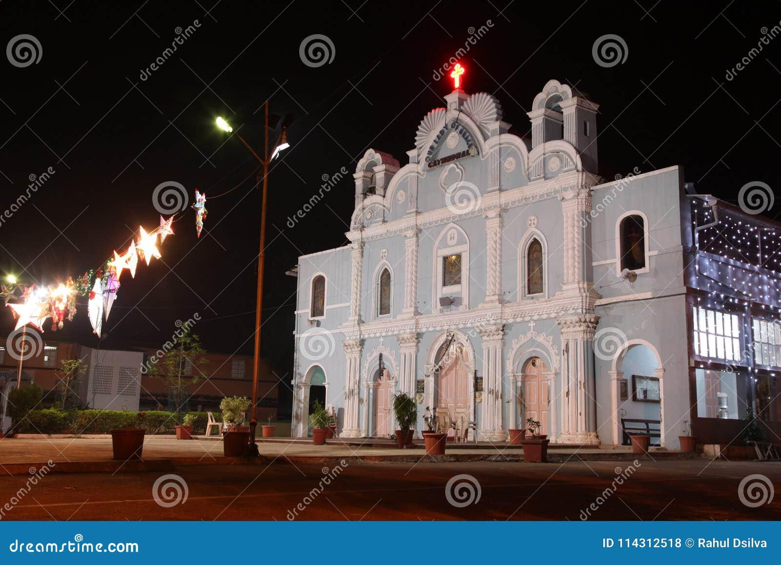 Μετωπική άποψη της εκλεκτής ποιότητας εκκλησίας που διακοσμείται για τις διακοπές σε Vasai, Βομβάη