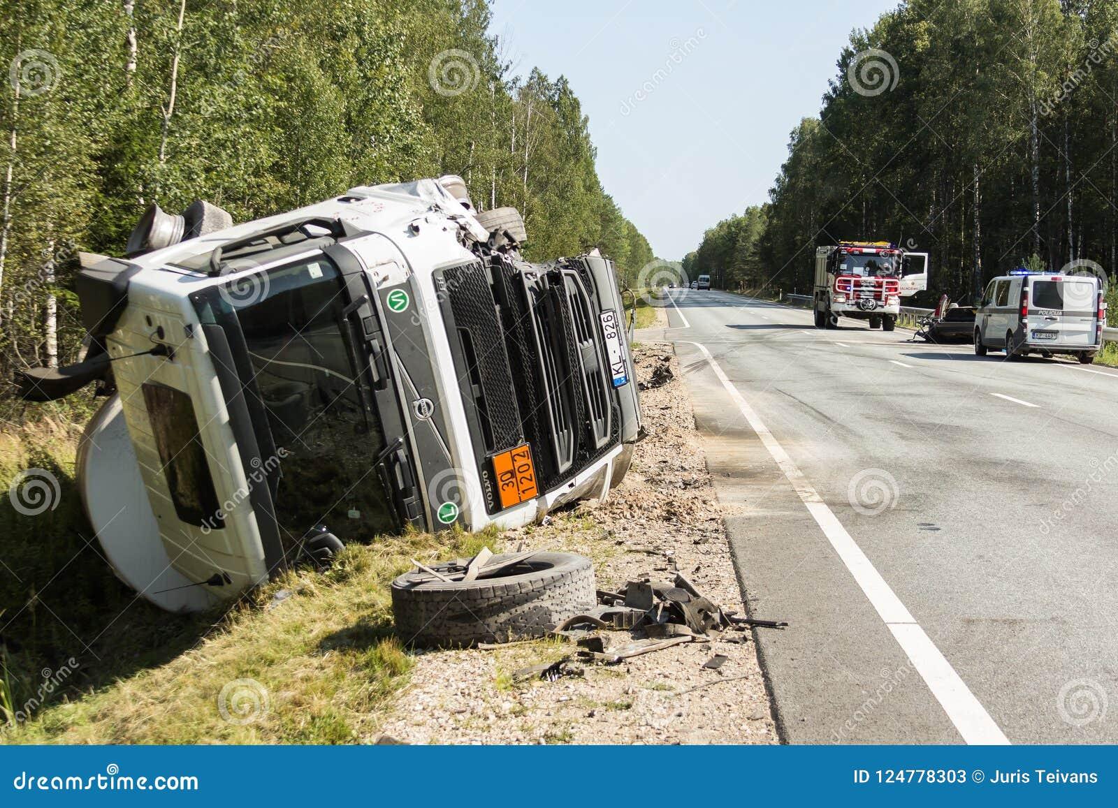 μετωπική σύγκρουση της VOLVO και του φορτηγού με το βυτιοφόρο για τη μεταφορά της βενζίνης , στη Λετονία στο A9 δρόμο, στις 17 Αυ