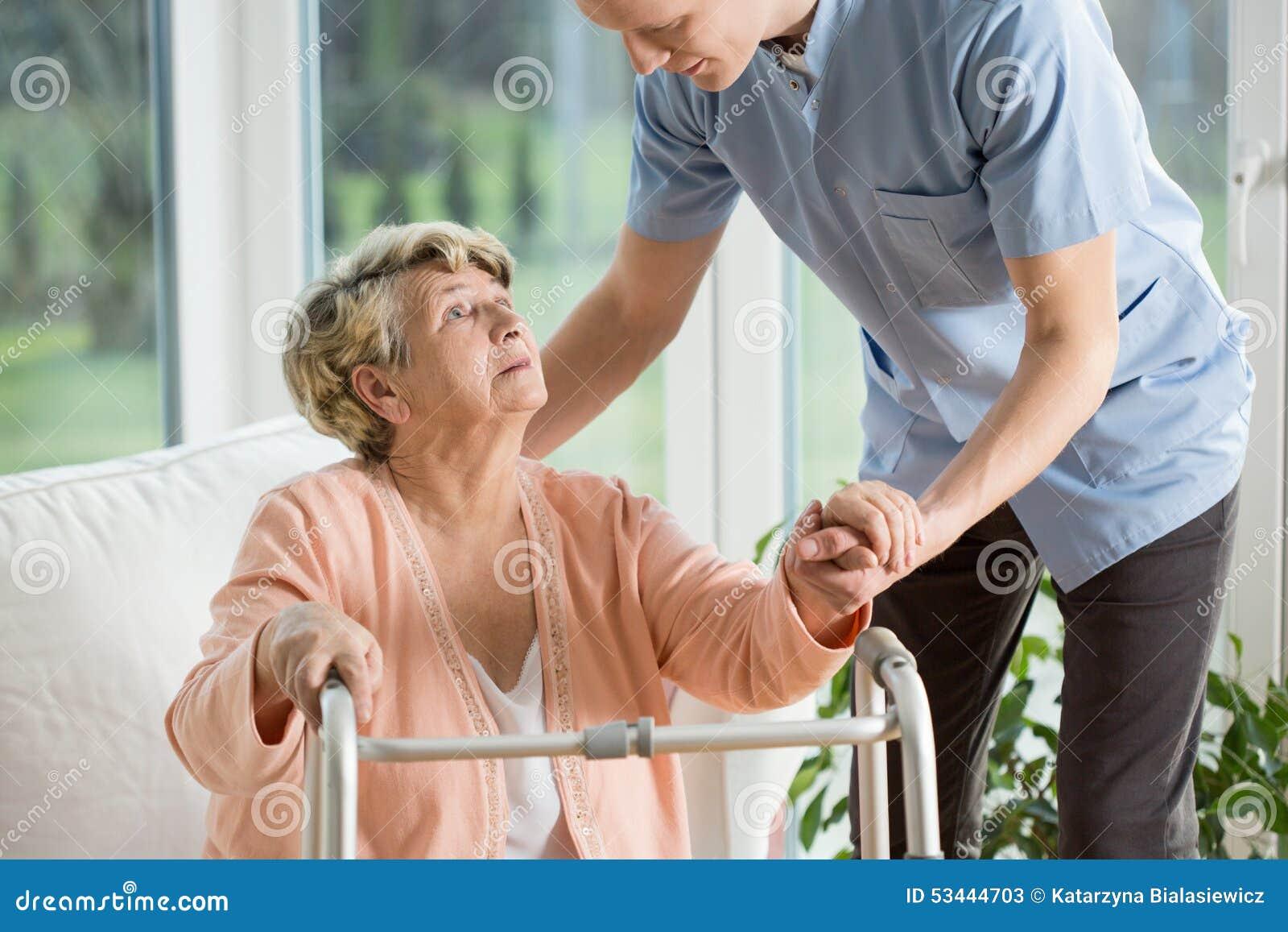 Με ειδικές ανάγκες γυναίκα που χρησιμοποιεί τον περιπατητή