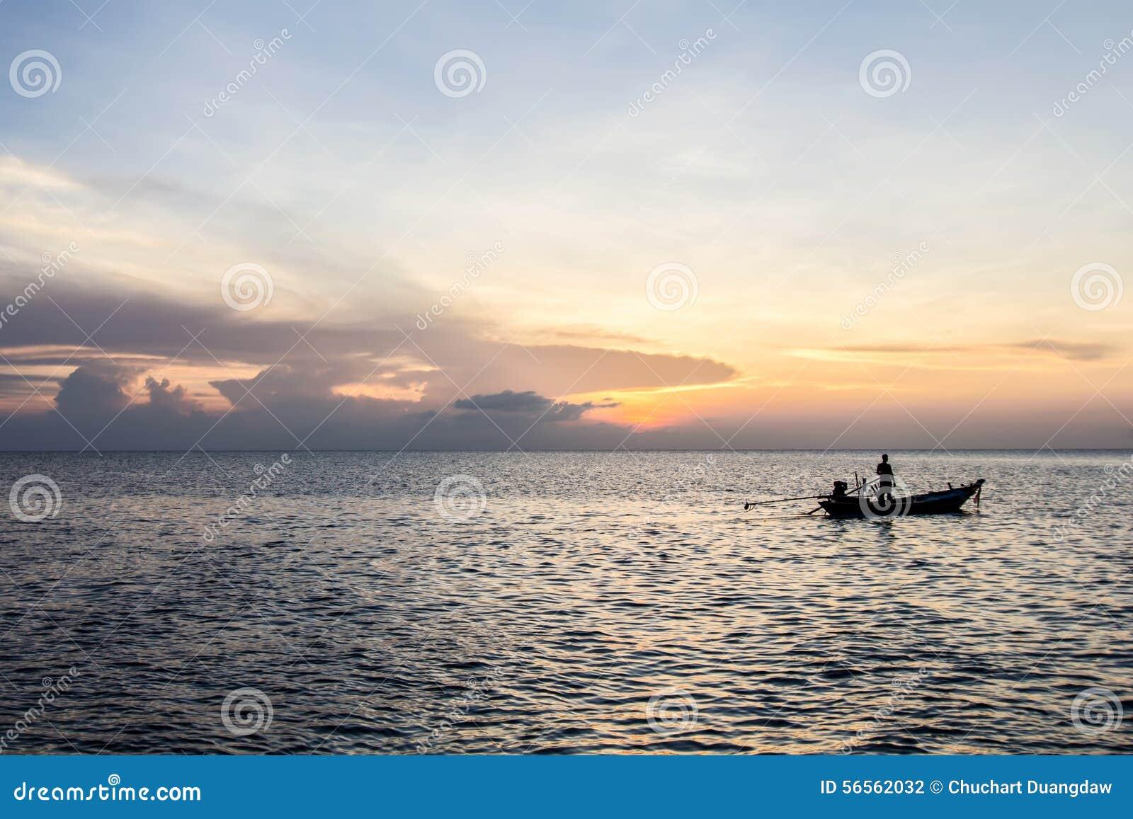 Download Με μακριά ουρά βάρκα και ηλιοβασίλεμα εν πλω, Koh Phangan, Σουράτ Thani, Tha Στοκ Εικόνες - εικόνα από φύση, παράδεισος: 56562032