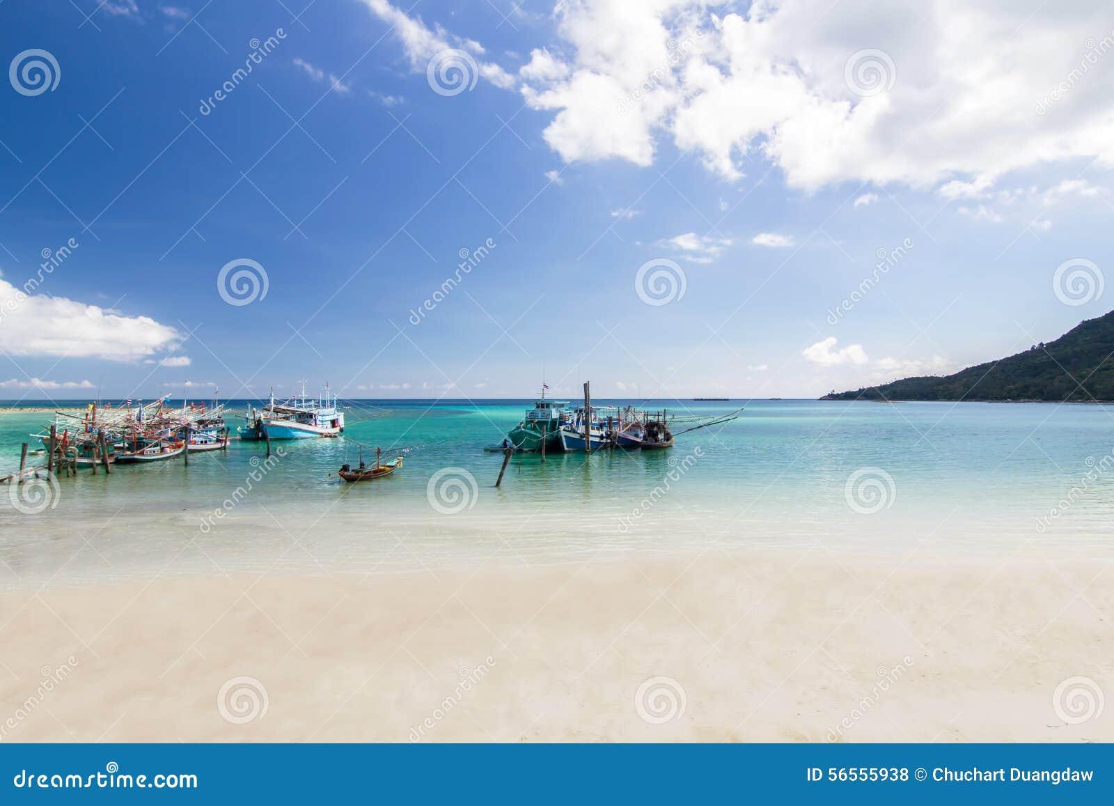 Download Με μακριά ουρά βάρκα και η παραλία και ο μπλε ουρανός Koh Phangan, Sur Στοκ Εικόνες - εικόνα από ηλιόλουστος, παράδεισος: 56555938