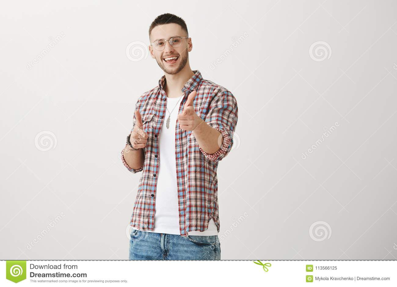 Με πιάσατε με τη γοητεία σας Εσωτερικός πυροβολισμός του θετικού ελκυστικού νεαρού άνδρα με τη σκληρή τρίχα, που δείχνει στη κάμε