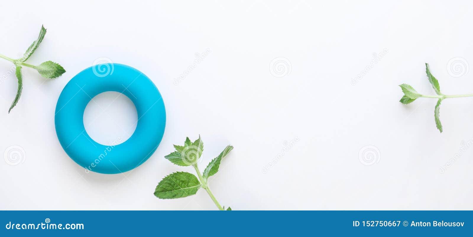 Μηές θερμίδες και μηδέν minimalistic υπόβαθρο έννοιας αποβλήτων Μπλε δακτύλιο και φρέσκα πράσινα φύλλα μεντών στο άσπρο υπόβαθρο