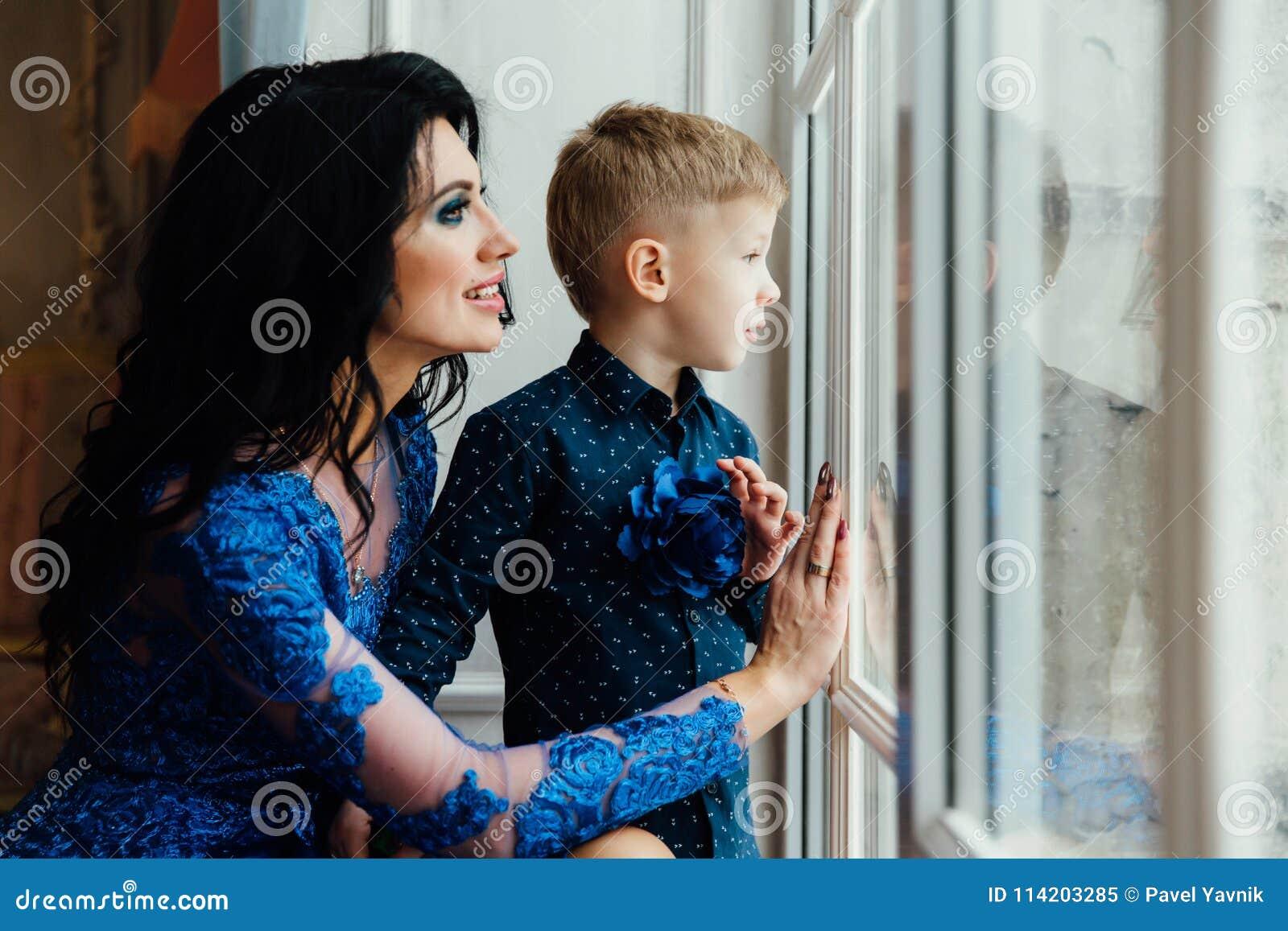 Μητέρα και γιος μαζί κοντά στο μεγάλο παράθυρο