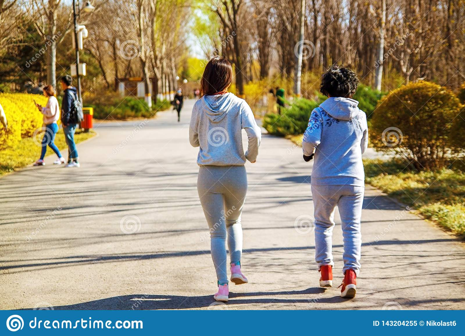 Μητέρα και ενήλικη κόρη που τρέχουν για τον αθλητισμό στο πάρκο για την καλύτερη ικανότητα
