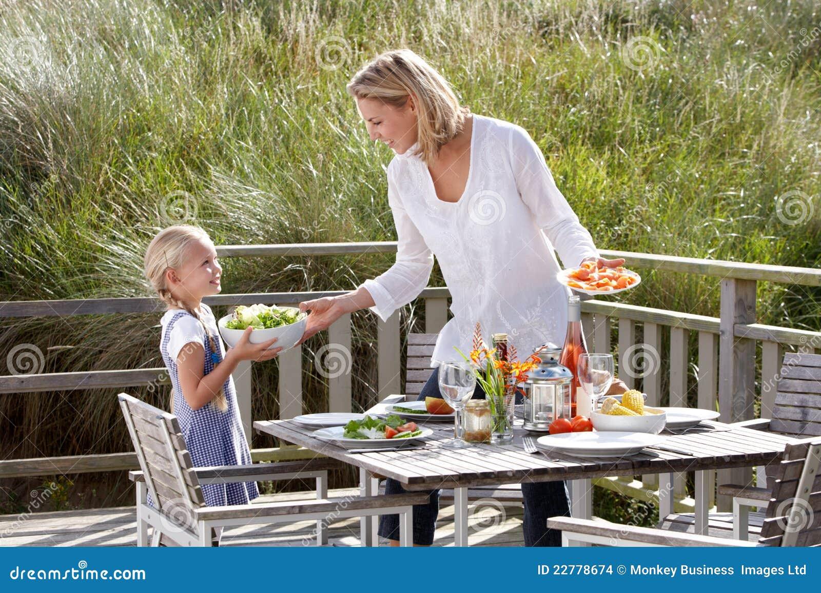 Μητέρα και κόρη που τρώνε υπαίθρια