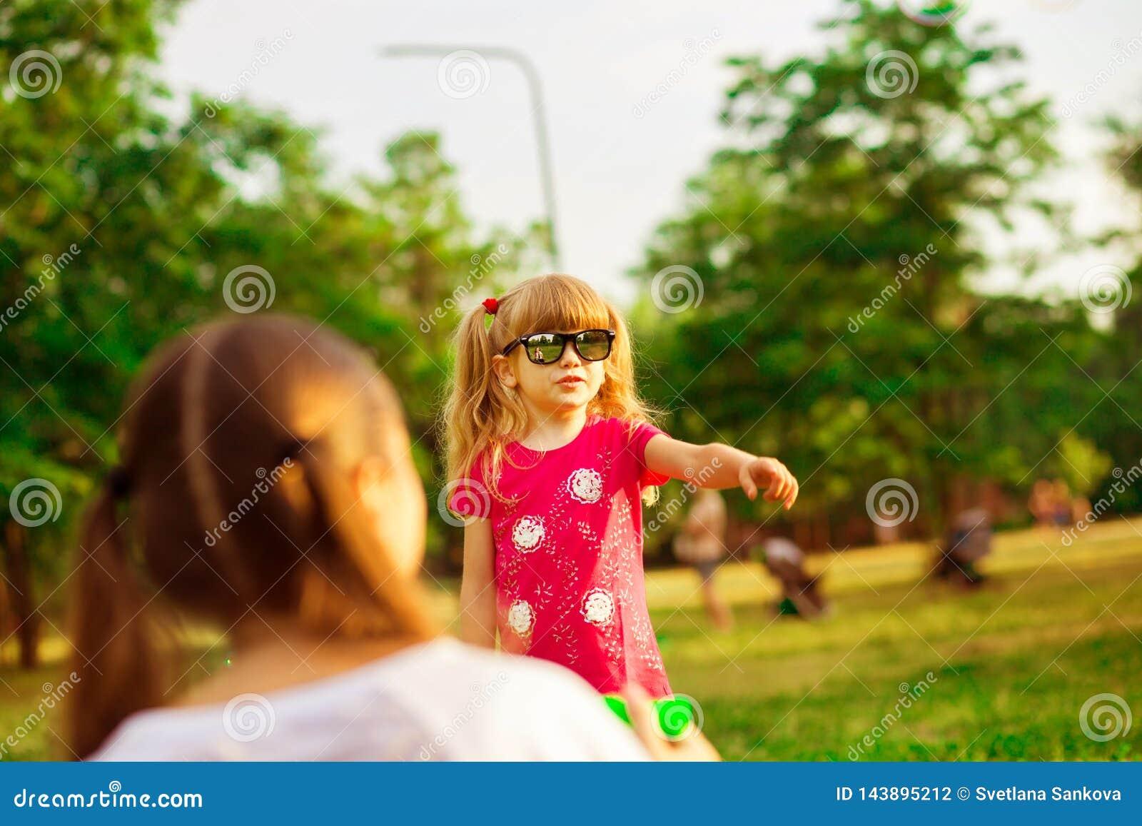 Μητέρα και λίγη κόρη που παίζουν μαζί στο πάρκο Υπαίθριο πορτρέτο της ευτυχούς οικογένειας Ευτυχής χαρά ημέρας μητέρων ` s