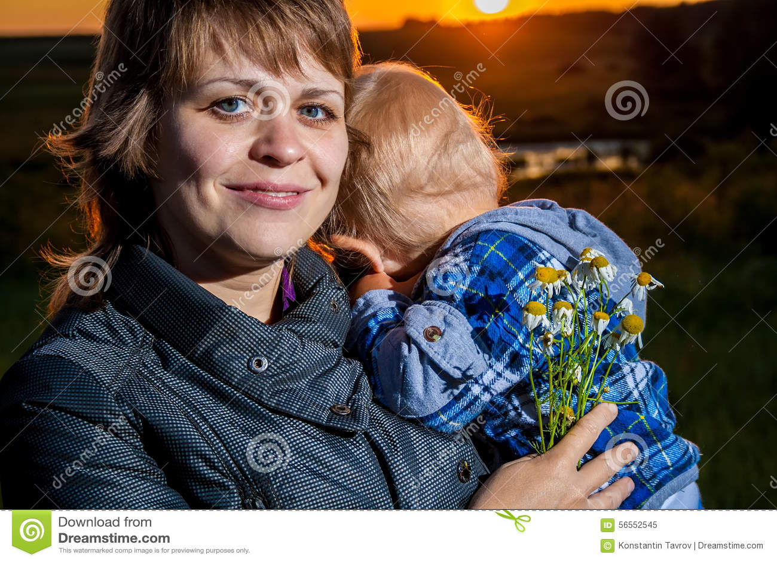 Download Μητέρα και παιδί στοκ εικόνα. εικόνα από χέρια, ανατολή - 56552545