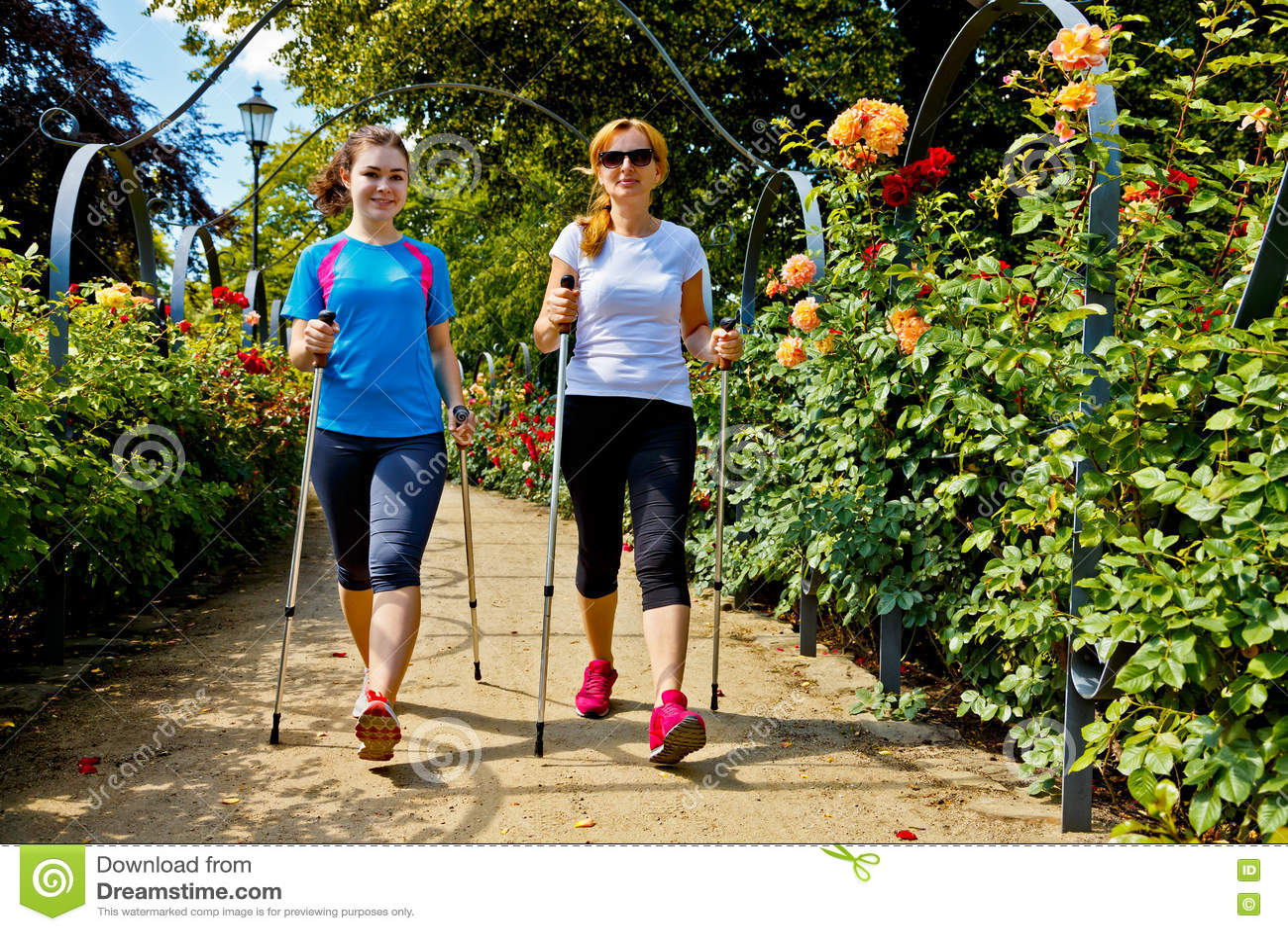Μητέρα και doughter σκανδιναβικό περπάτημα