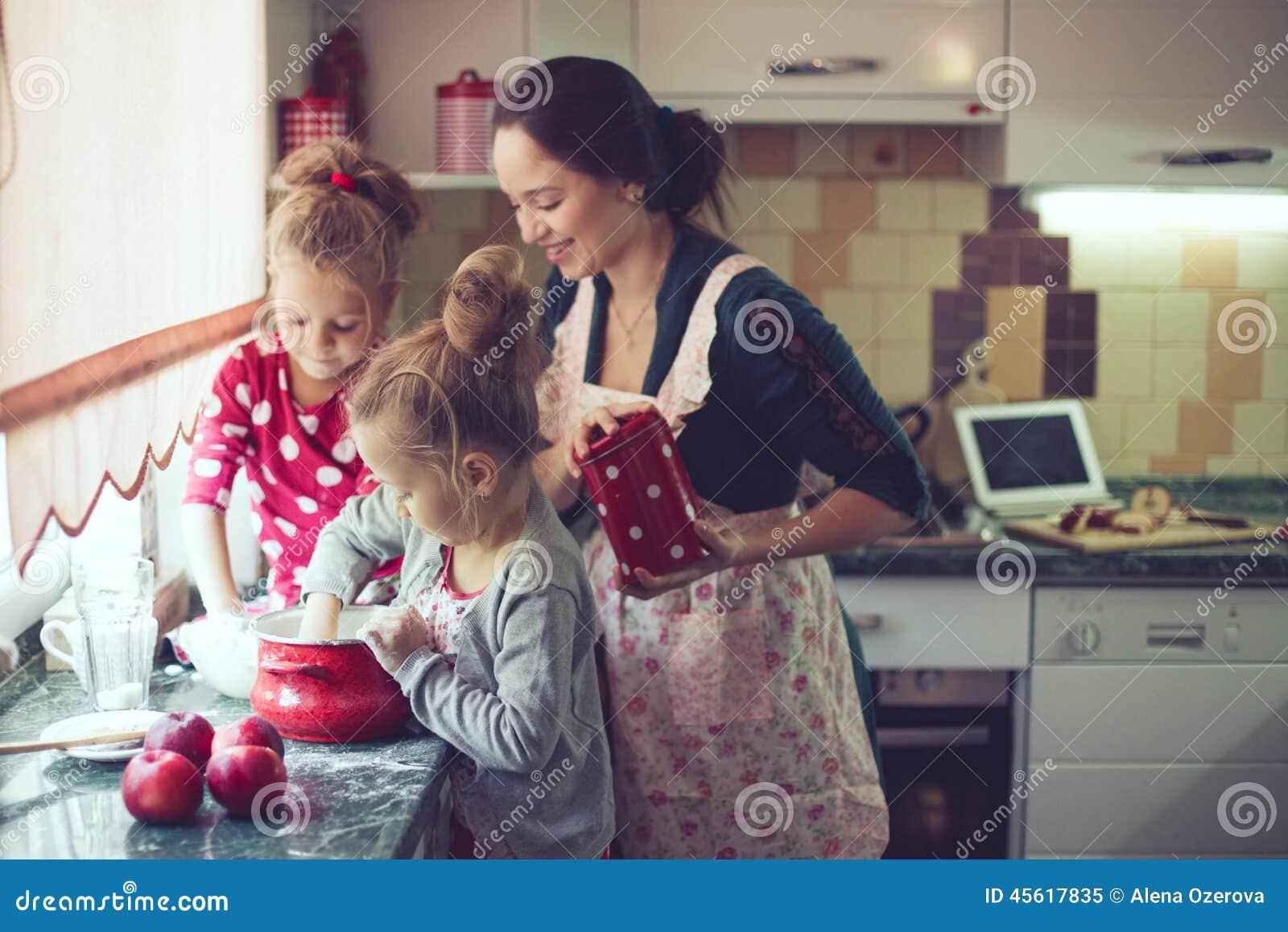 Μητέρα με τα παιδιά στην κουζίνα