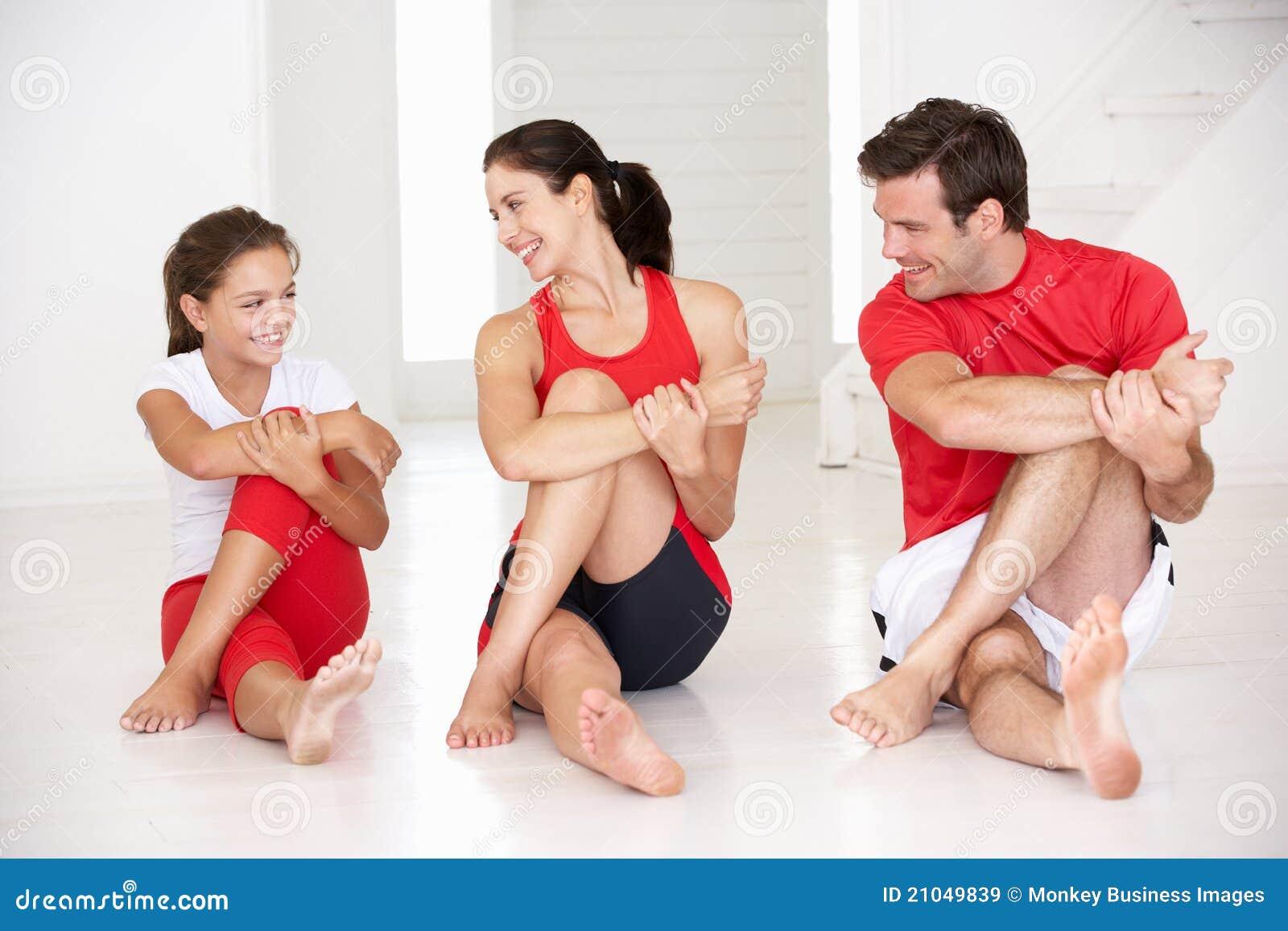 Μητέρα, πατέρας και κόρη που κάνουν τη γιόγκα