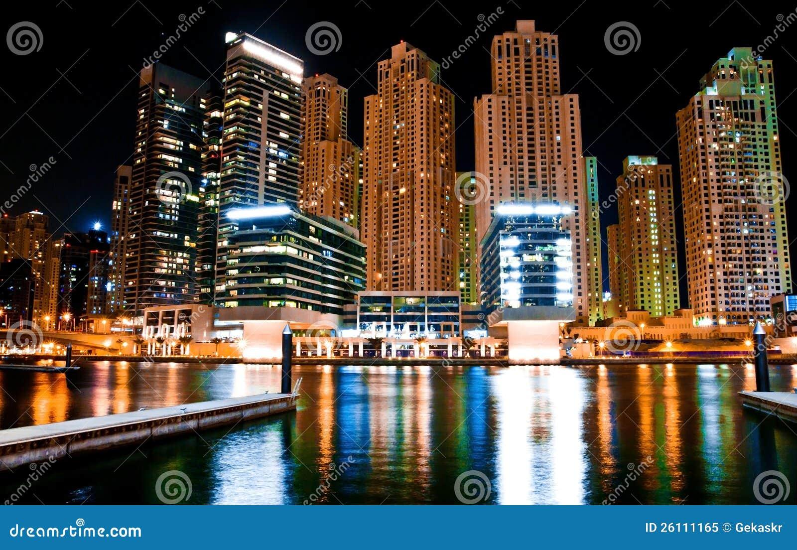 Μητρόπολη τοπίων νύχτας