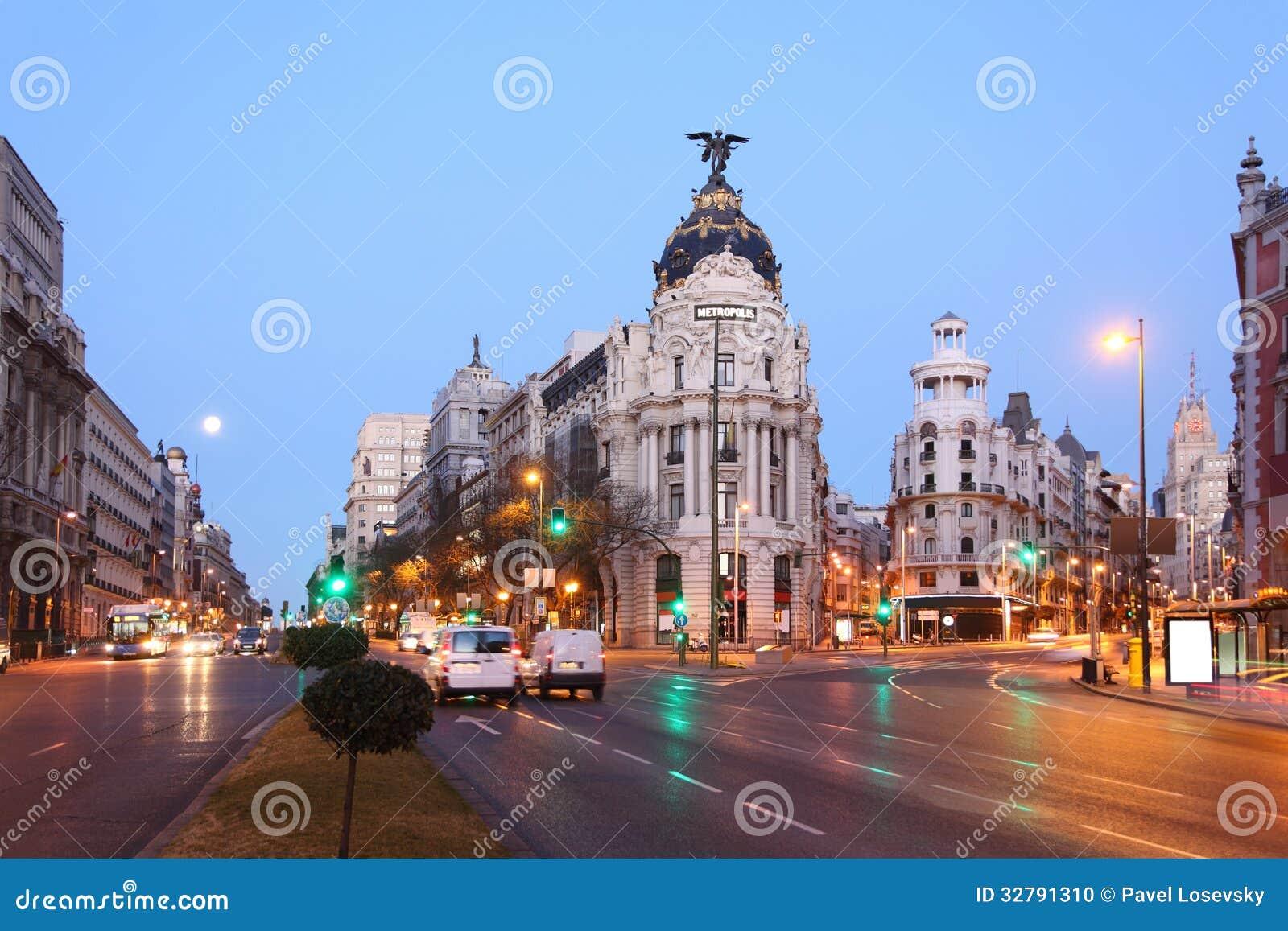 Μητρόπολη Edifisio που στηρίζεται σε Gran μέσω της οδού στη Μαδρίτη