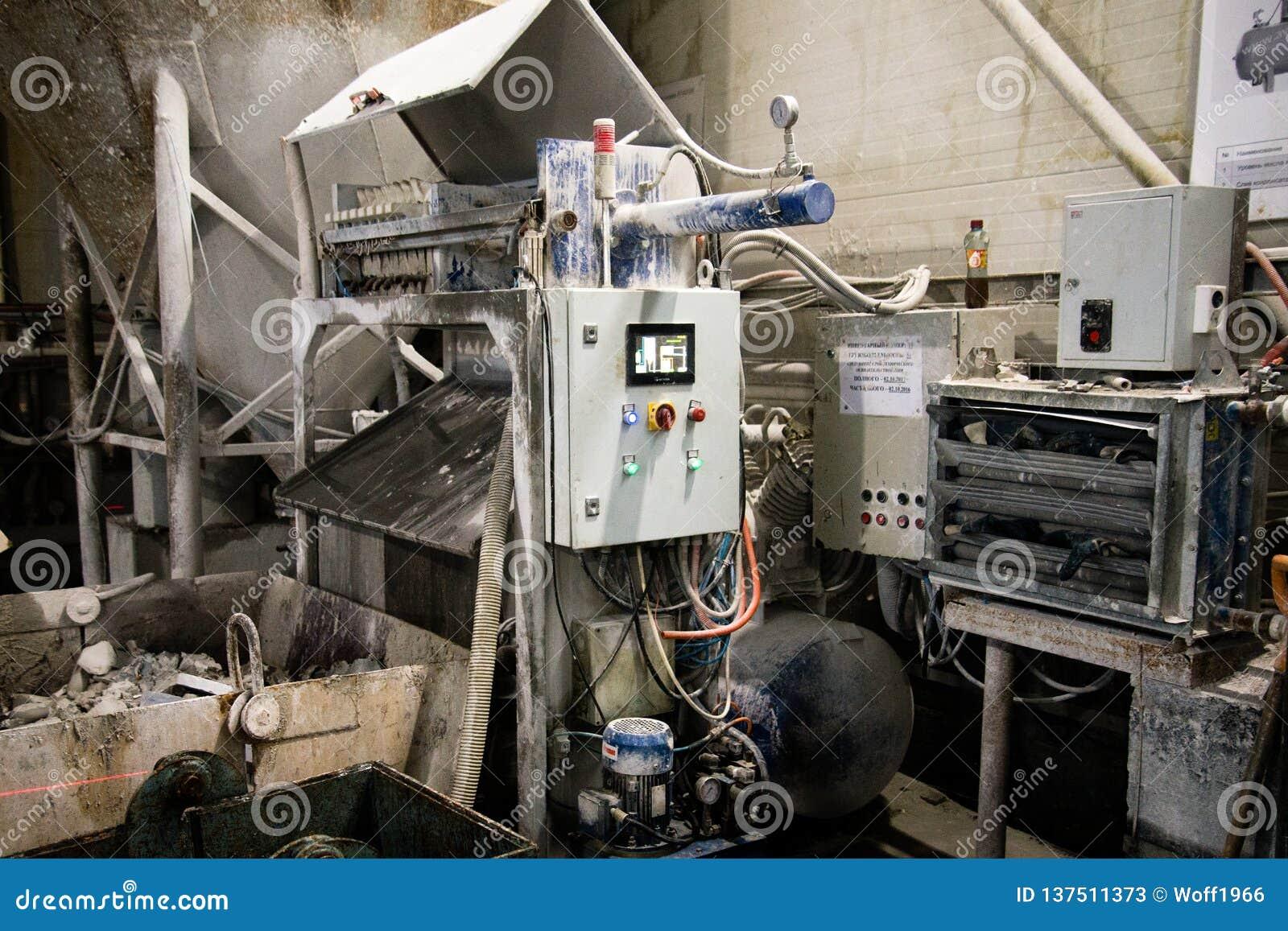 Μηχανή διατρήσεων ένας βιομηχανικός εργάτης ενεργοποιεί μια μηχανή ξυλουργικής