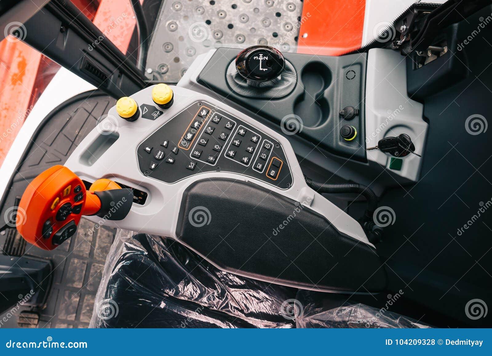 Μηχανή θεριστικών μηχανών μέσα στην καμπίνα, πίνακας ελέγχου, μοχλοί, νέο σύγχρονο εσωτερικό οχημάτων γεωργικών τρακτέρ
