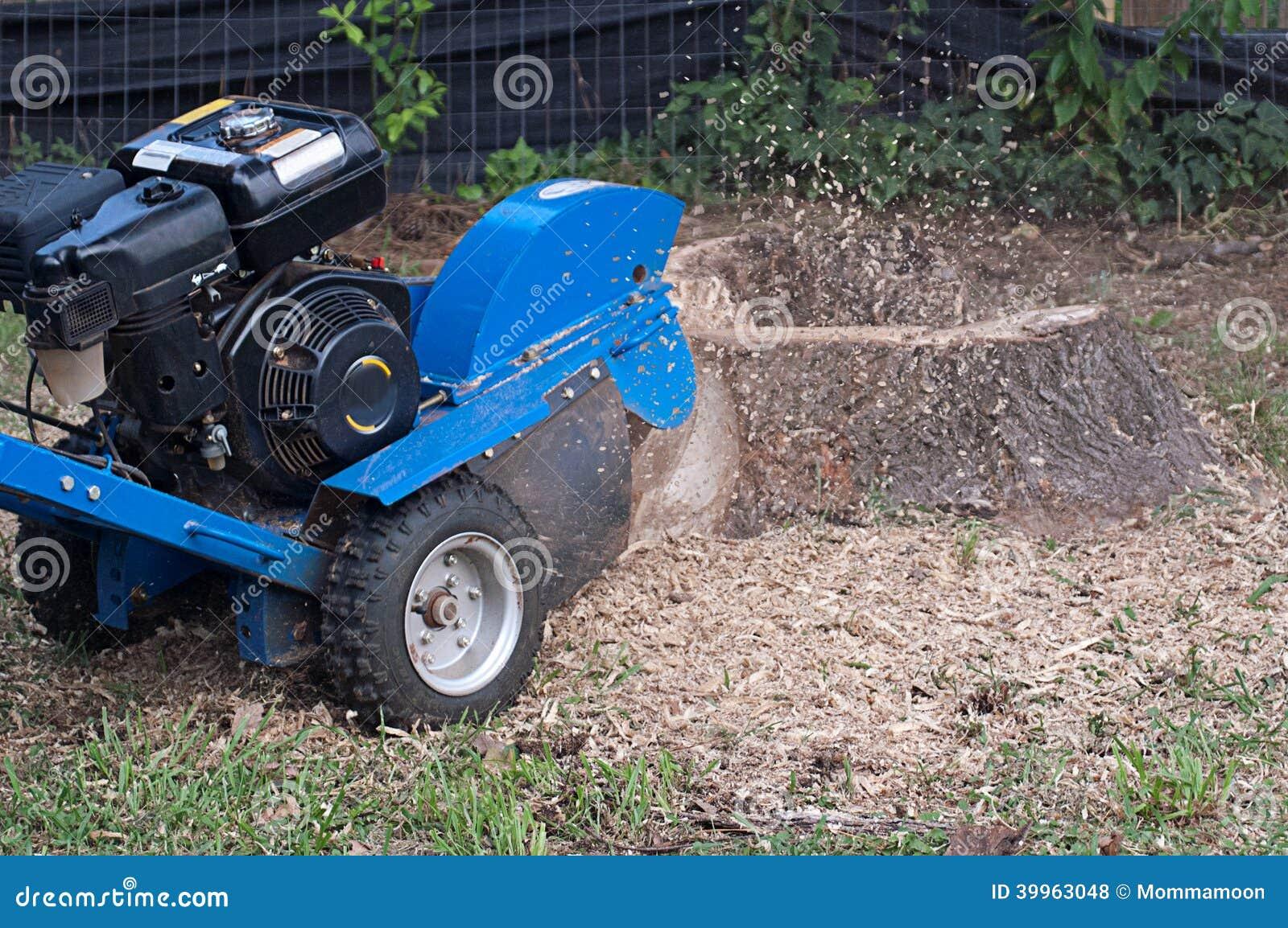 Μηχανή που αλέθει επάνω το κολόβωμα δέντρων