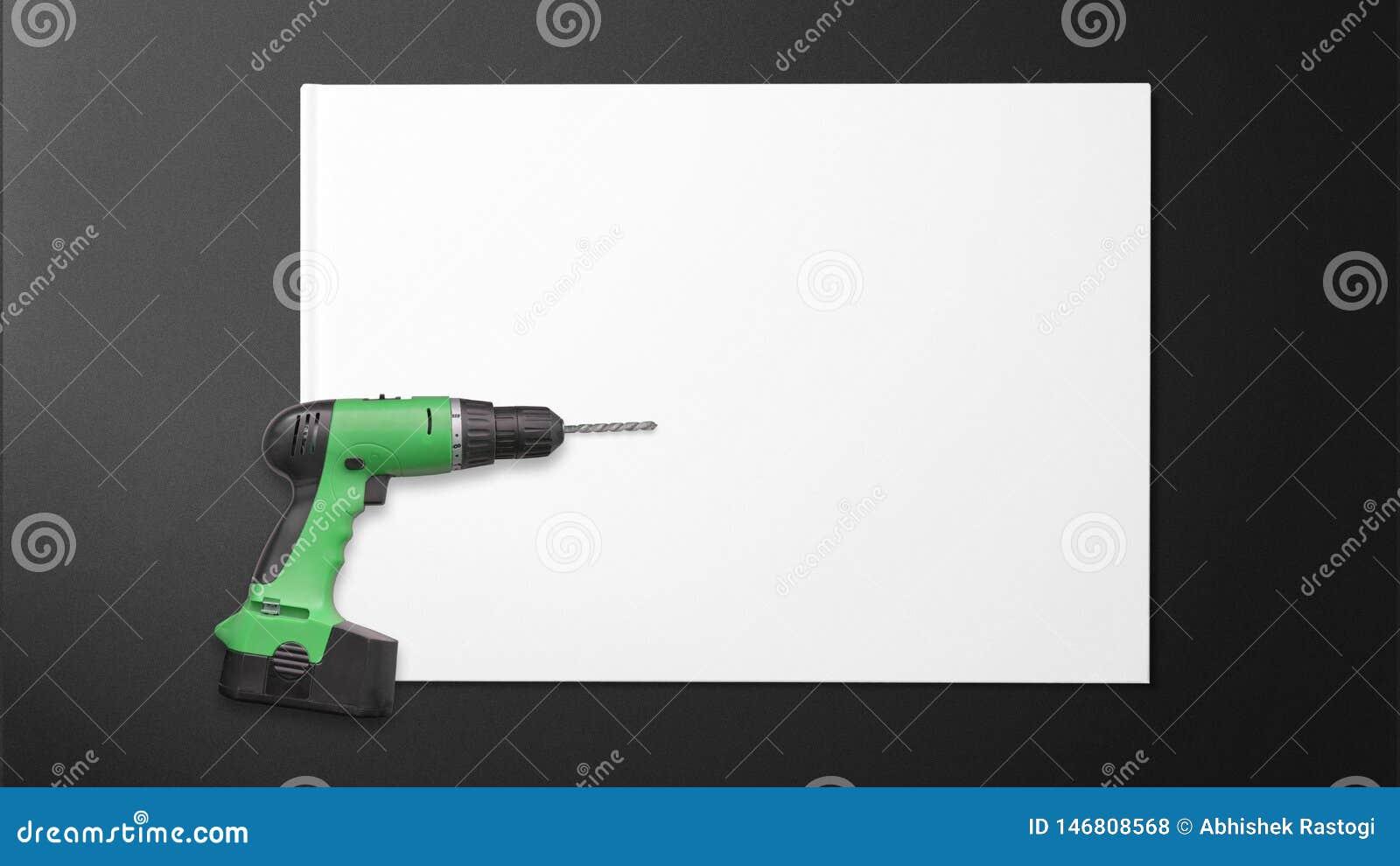 Μηχανή τρυπανιών σε χαρτί για το μαύρο υπόβαθρο