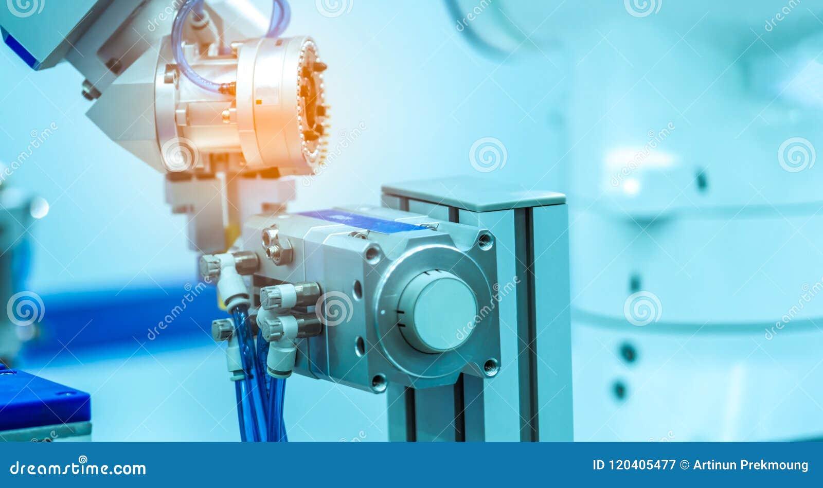 Μηχανή χεριών ρομπότ που πιάνει το μιμούμενο αντικείμενο στο θολωμένο υπόβαθρο Έξυπνο ρομπότ χρήσης στη βιομηχανία κατασκευής Ρομ