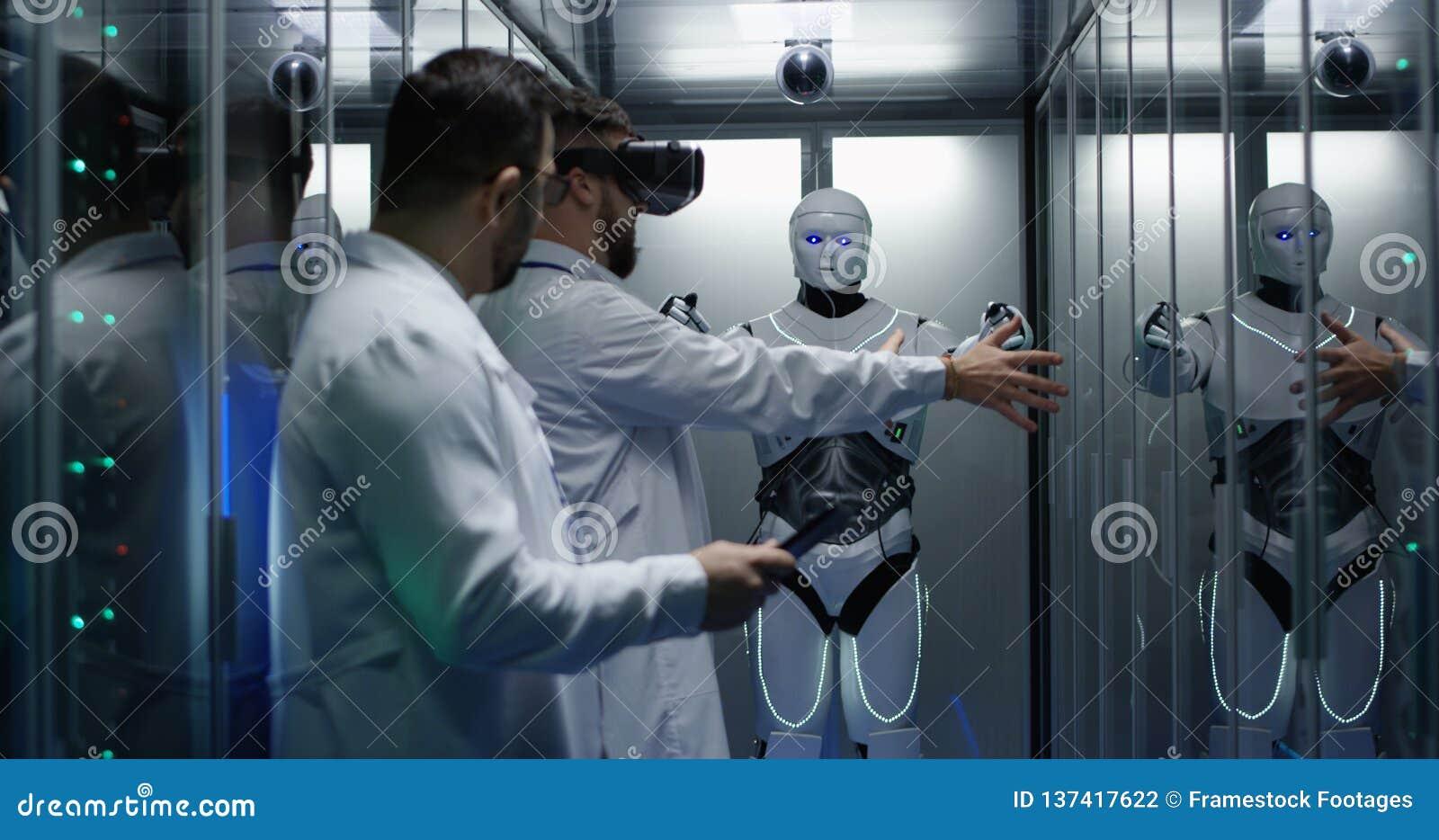 Μηχανικοί που εξετάζουν στους ελέγχους ρομπότ