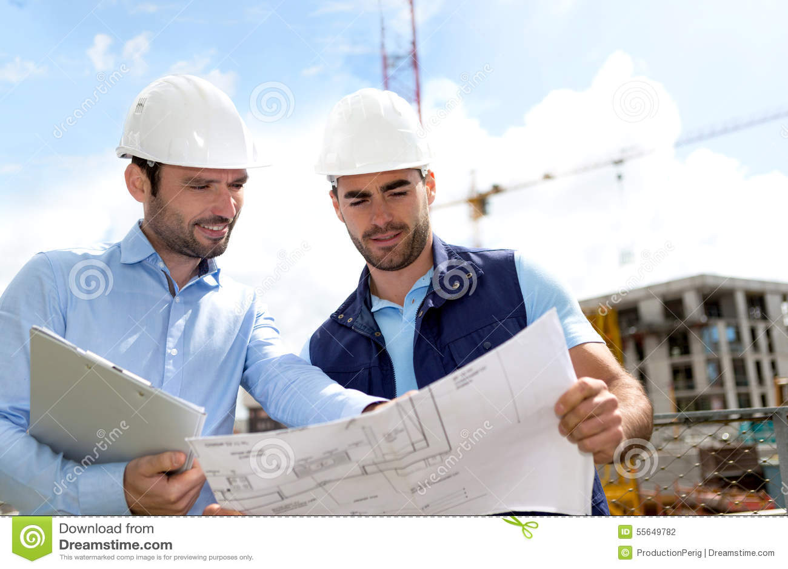 Μηχανικός και εργαζόμενος που ελέγχουν το σχέδιο στο εργοτάξιο οικοδομής