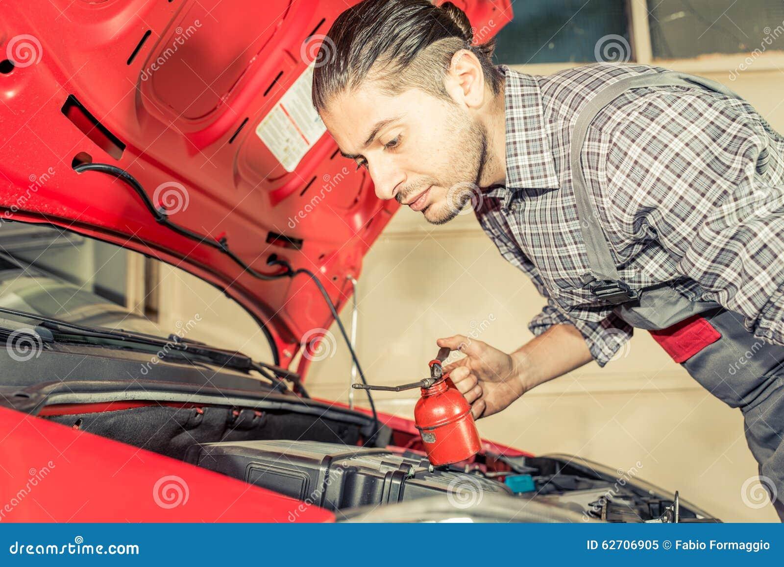 Μηχανικός που καθορίζει και που ελέγχει ένα αυτοκίνητο
