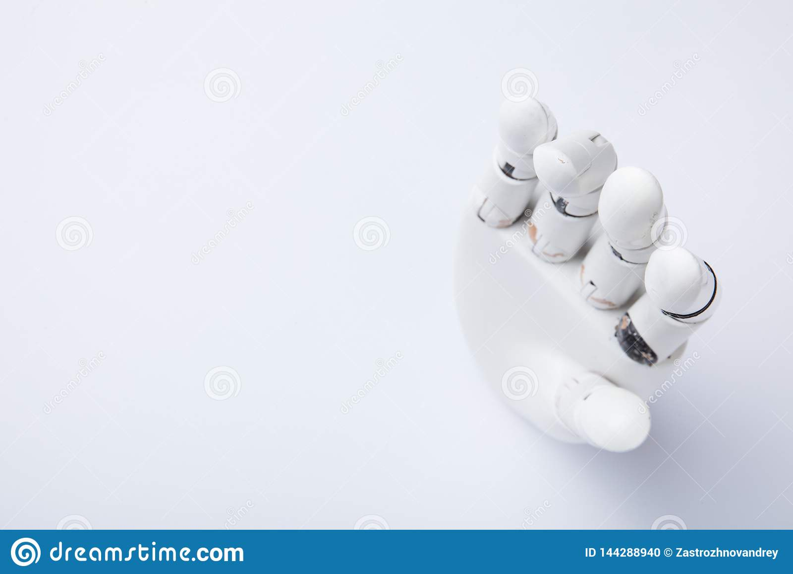 Μηχανικό χέρι σε ένα άσπρο υπόβαθρο r
