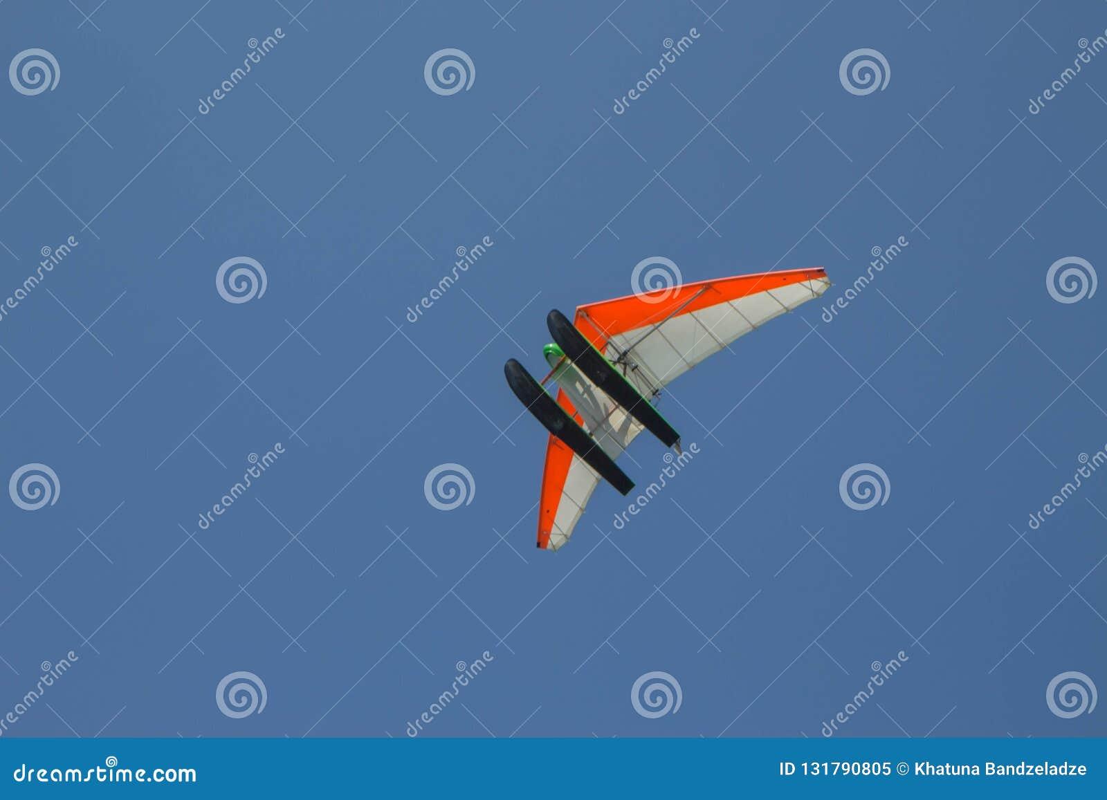 Μηχανοποιημένος κρεμάστε τις μύγες ανεμοπλάνων από το μπλε ουρανό, υπερβολικό ελαφρύ αεροπλάνο