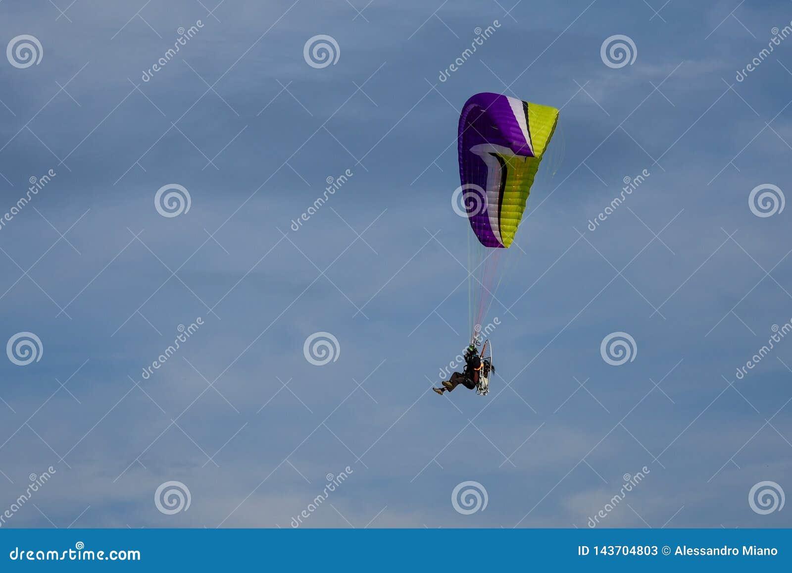 Μηχανοποιημένος κρεμάστε το ανεμοπλάνο που πετά στα ύψη στο μπλε ουρανό