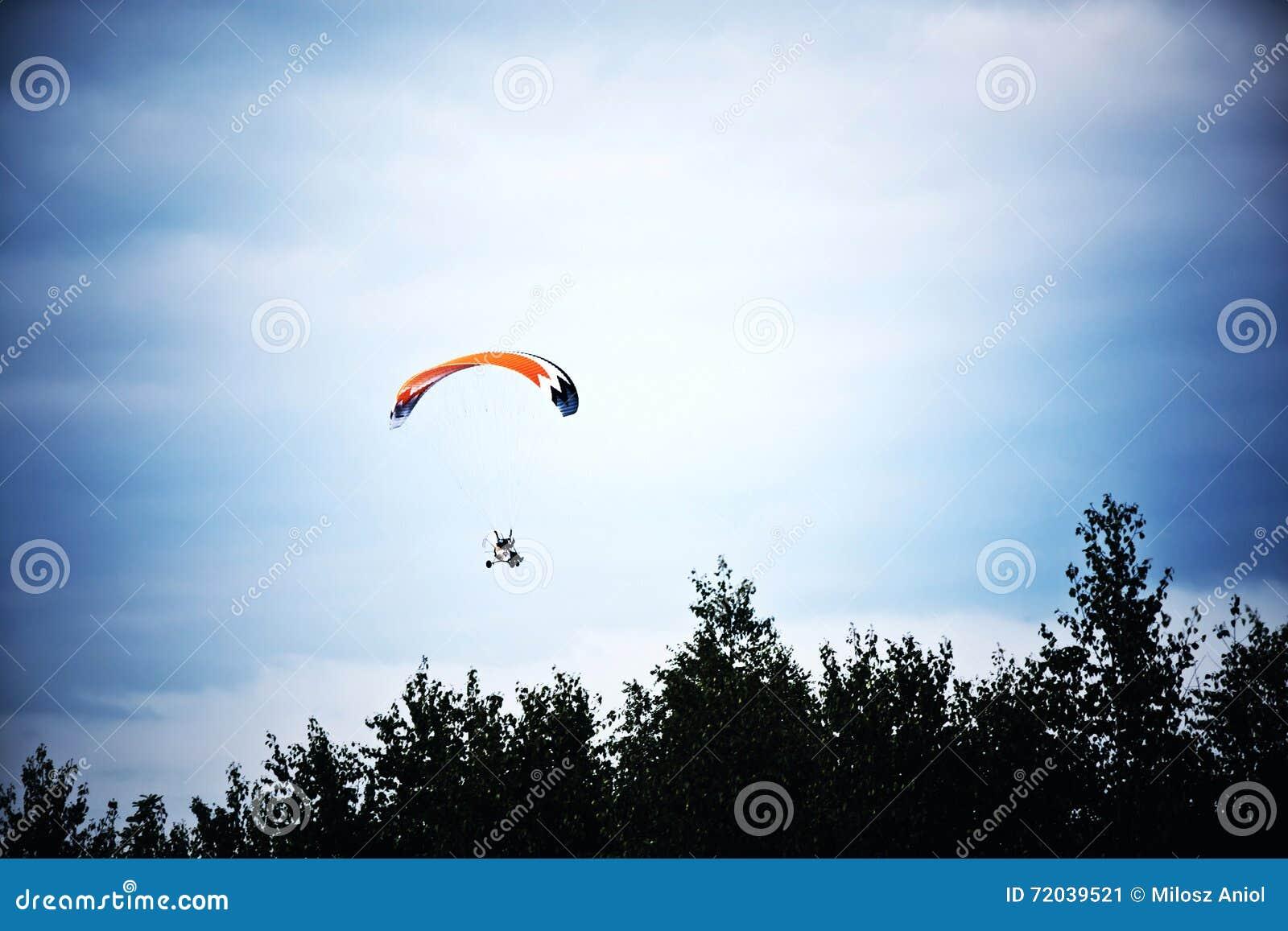 Μηχανοποιημένος κρεμάστε το ανεμοπλάνο στο μπλε ουρανό