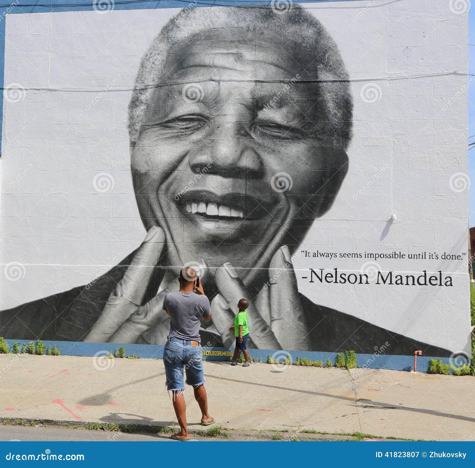 Μη αναγνωρισμένη ληφθείσα οικογένεια εικόνα στο μέτωπο της τοιχογραφίας του Νέλσον Μαντέλα στο τμήμα Williamsburg στο Μπρούκλιν