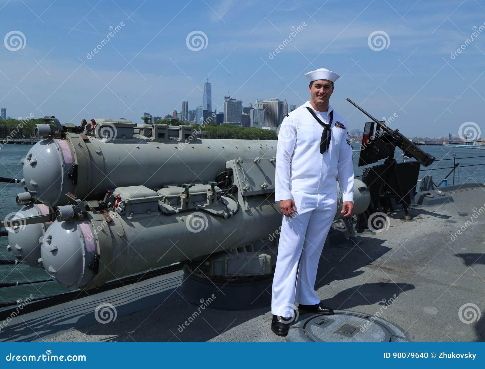 Μη αναγνωρισμένος ναυτικός στη γέφυρα του καταστροφέα USS Bainbridge αμερικανικών κατευθυνόμενων βλημάτων κατά τη διάρκεια της εβ