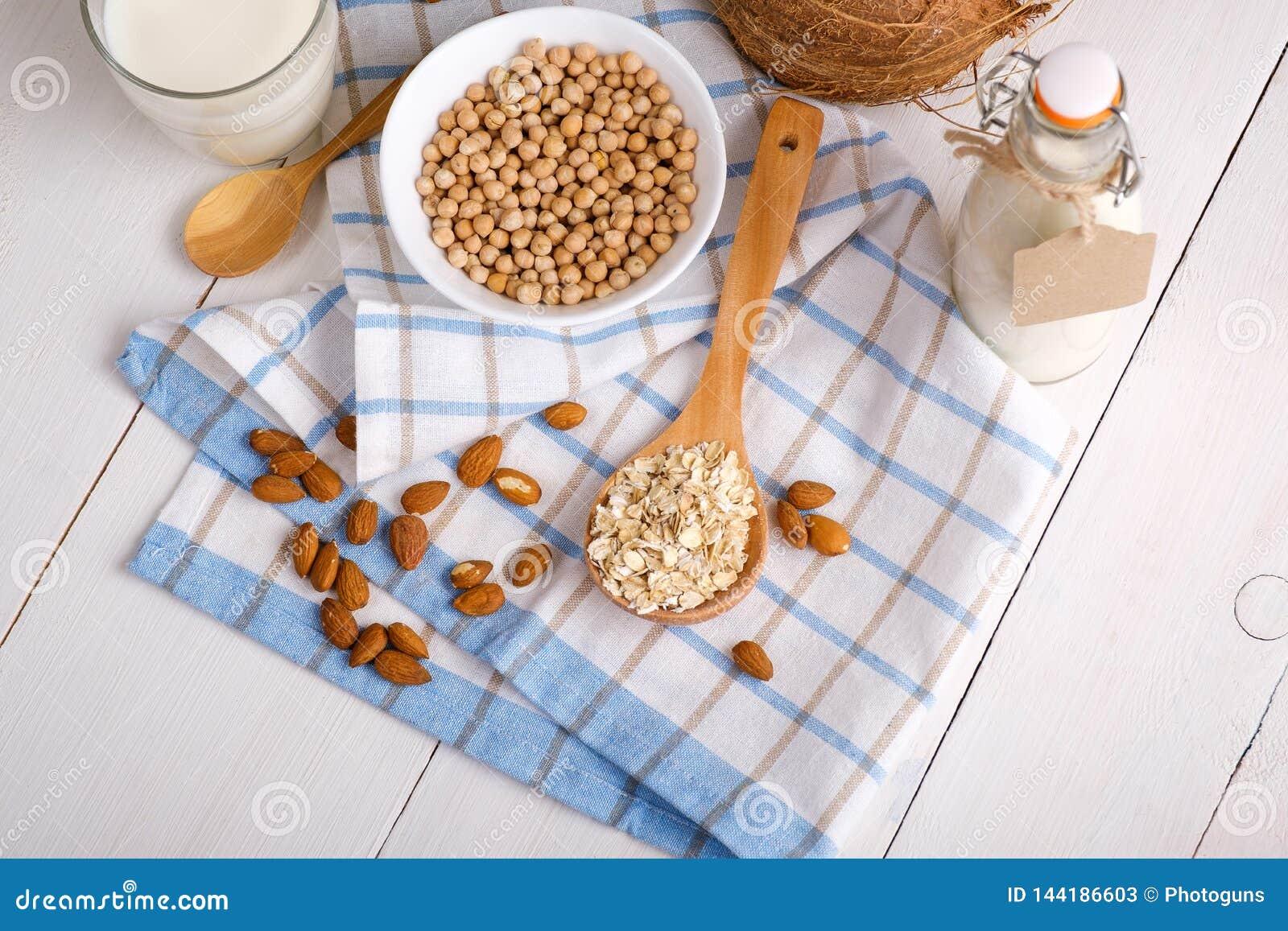 Μη γαλακτοκομικό γάλα Vegan στα συστατικά εναλλακτικών λύσεων γυαλιού και γάλακτος όπως ένα καρύδι, αμύγδαλο, σόγια, βρώμη στον ά